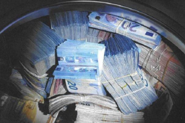 Homem suspeito de lavagem de dinheiro escondia-o… na máquina de lavar