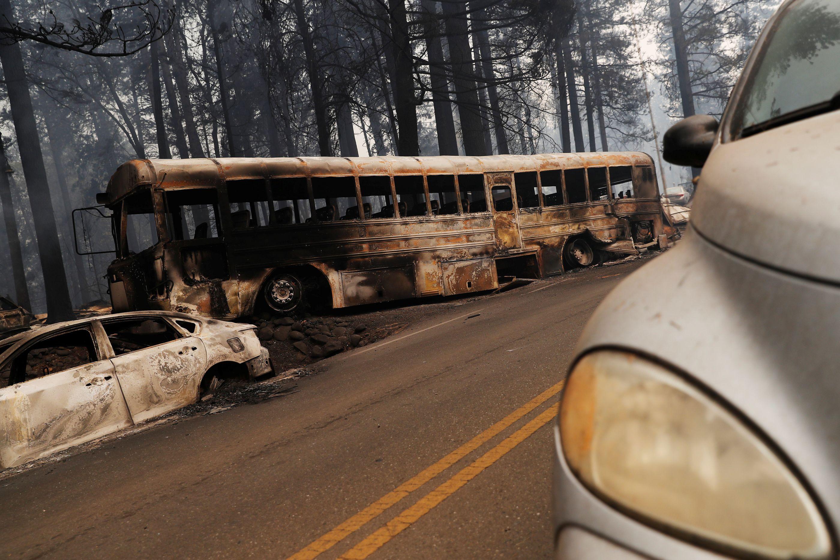 Incêndio: Condutor escolar cortou camisa em pedaços para ajudar crianças