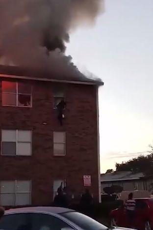 Seis pessoas saltam de janela de apartamento em chamas. Bebé foi atirado