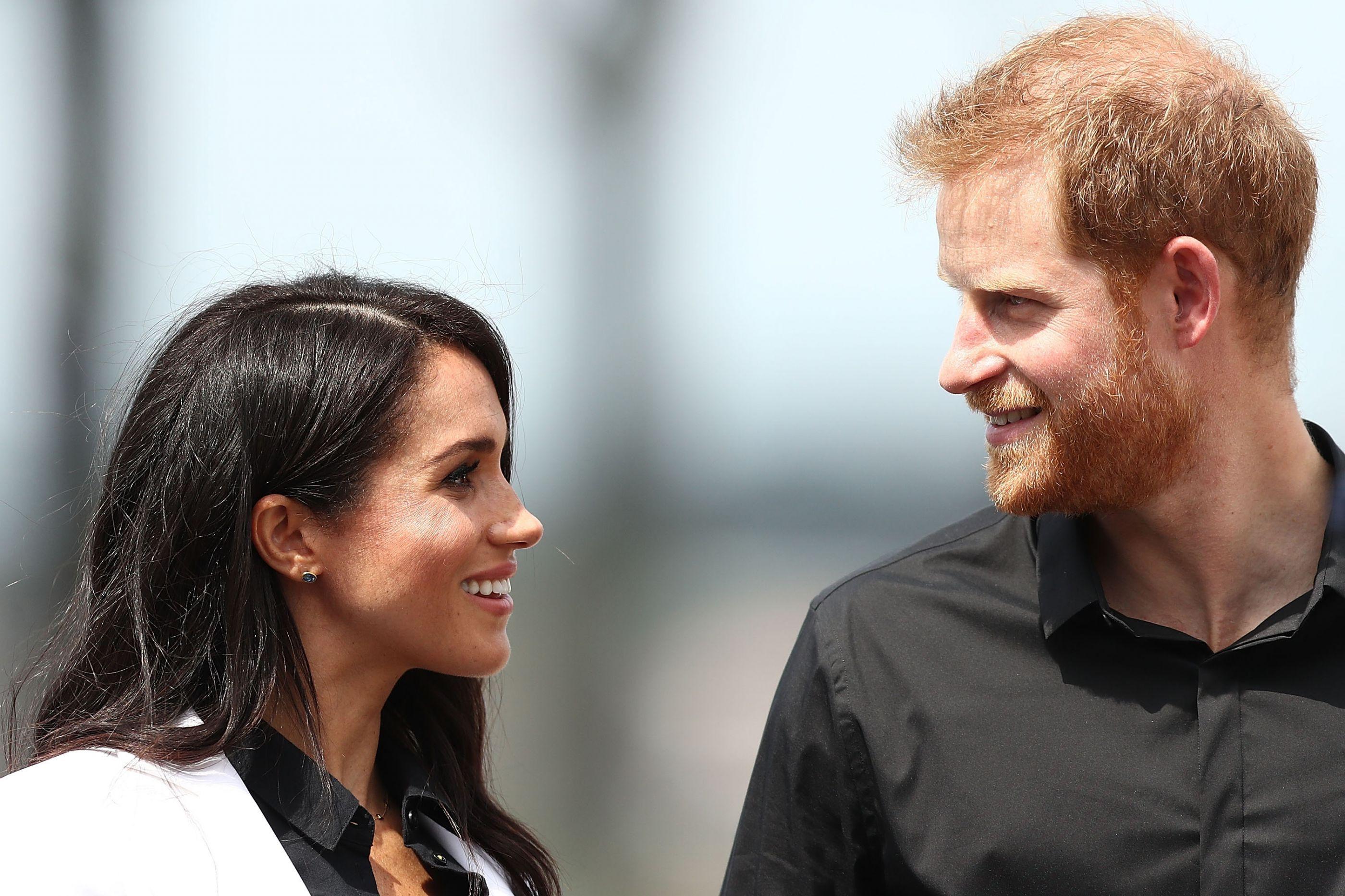 Príncipe Harry parte em viagem. Meghan fica em casa com a mãe