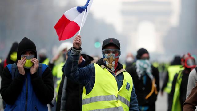 Tensão e chamas na manifestação dos Coletes Amarelos em Paris