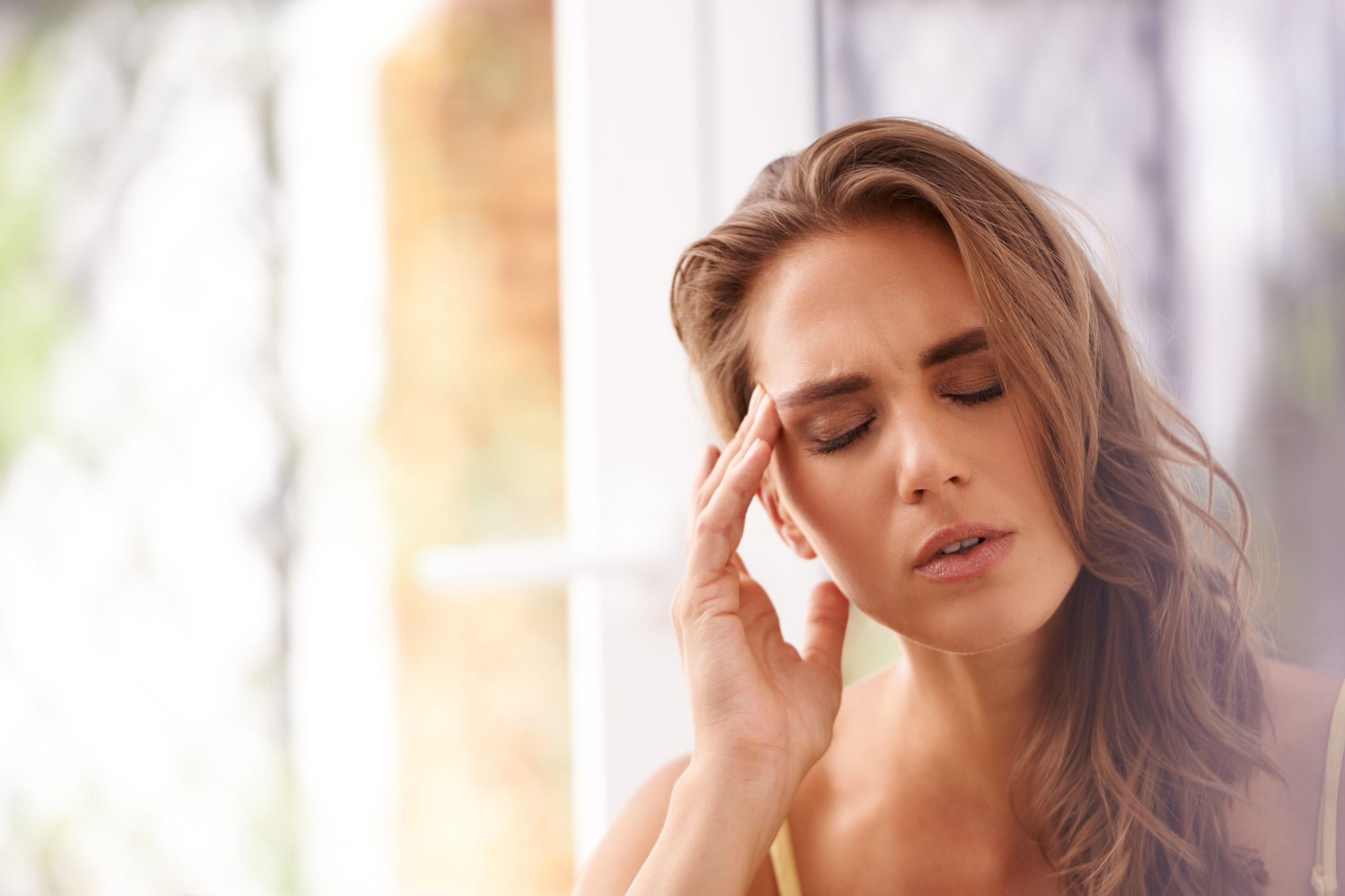 Dor de cabeça depois de comer não é coincidência. Entenda a relação