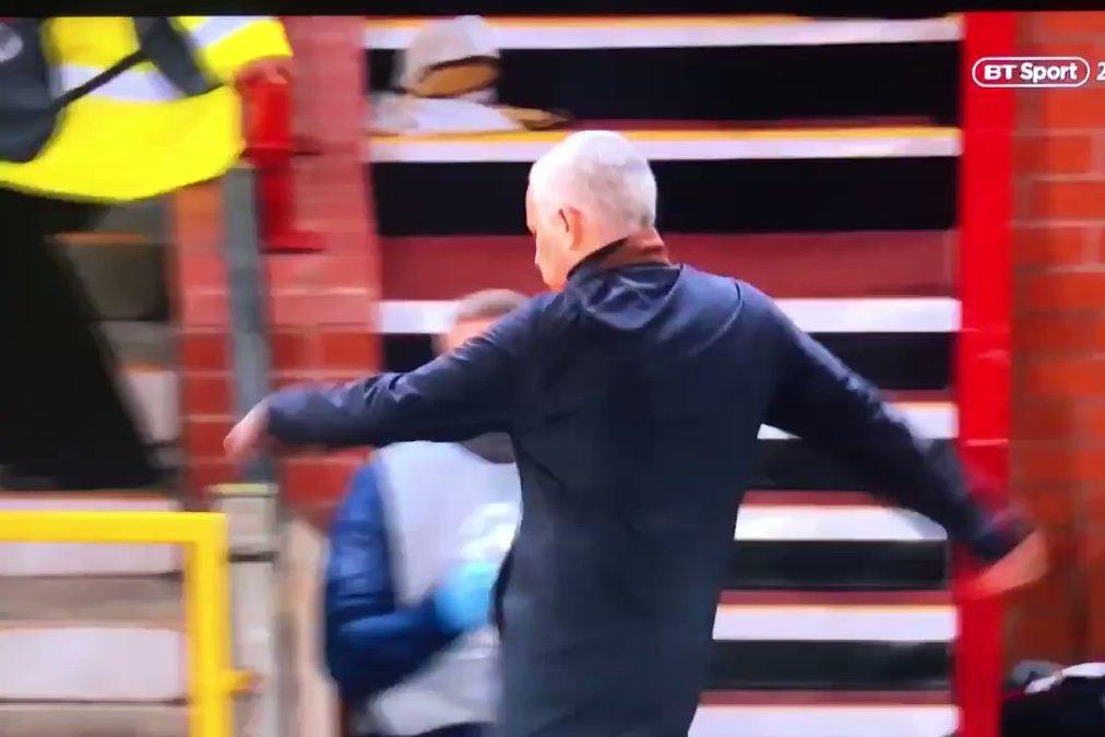 Vídeo: Mourinho 'perde a cabeça' após golo ao cair do pano de Fellaini