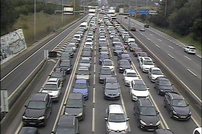 Acidente com camião 'entope' trânsito na Ponte 25 de Abril
