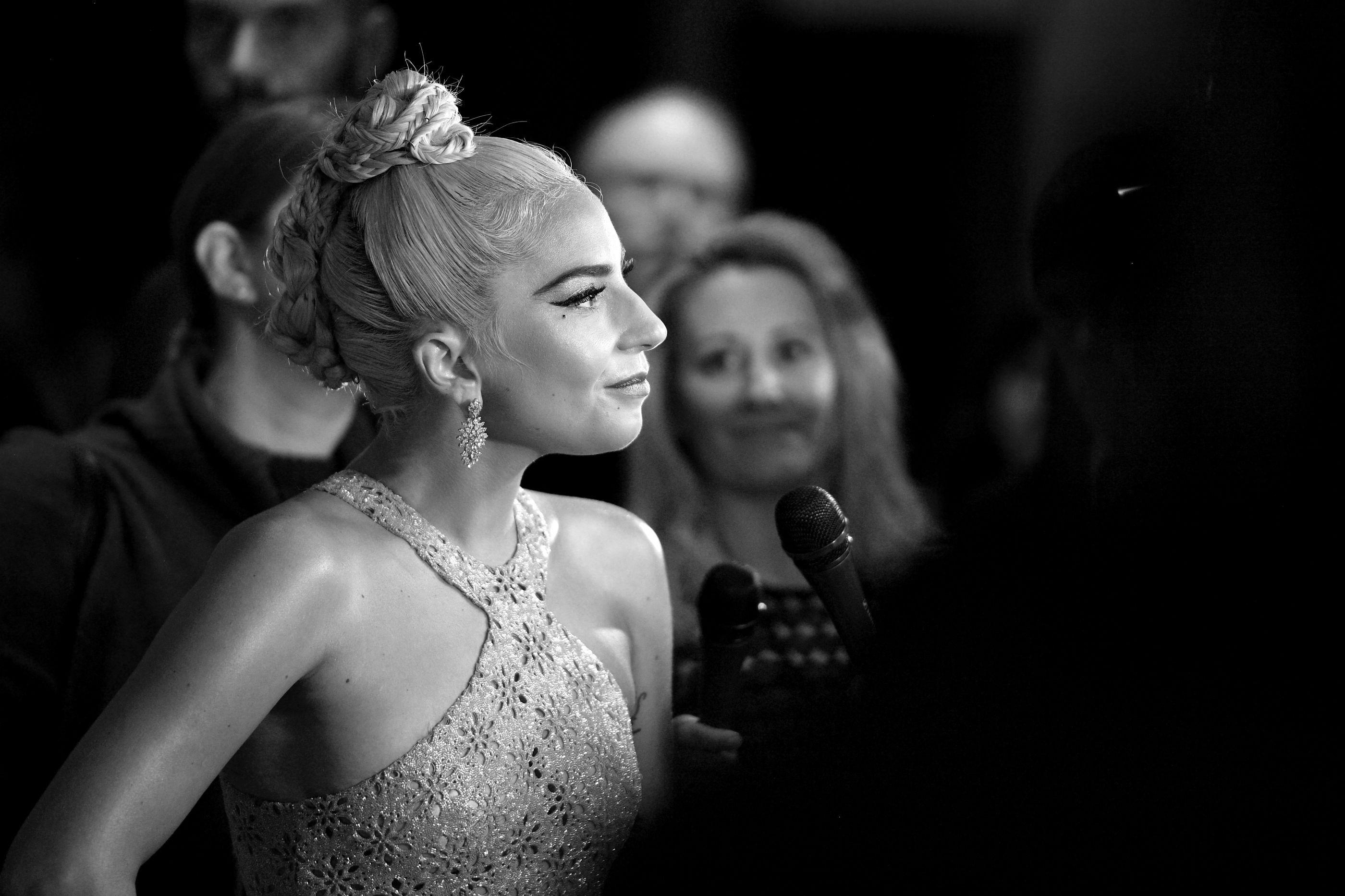 Vestido transparente de Lady Gaga dá nas vistas em gala