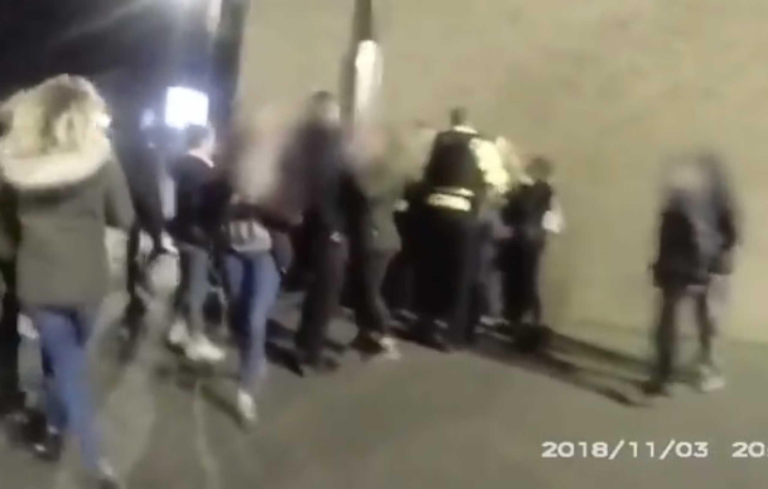 Grupo de 100 jovens cerca polícia e ataca-a com paus e pirotecnia
