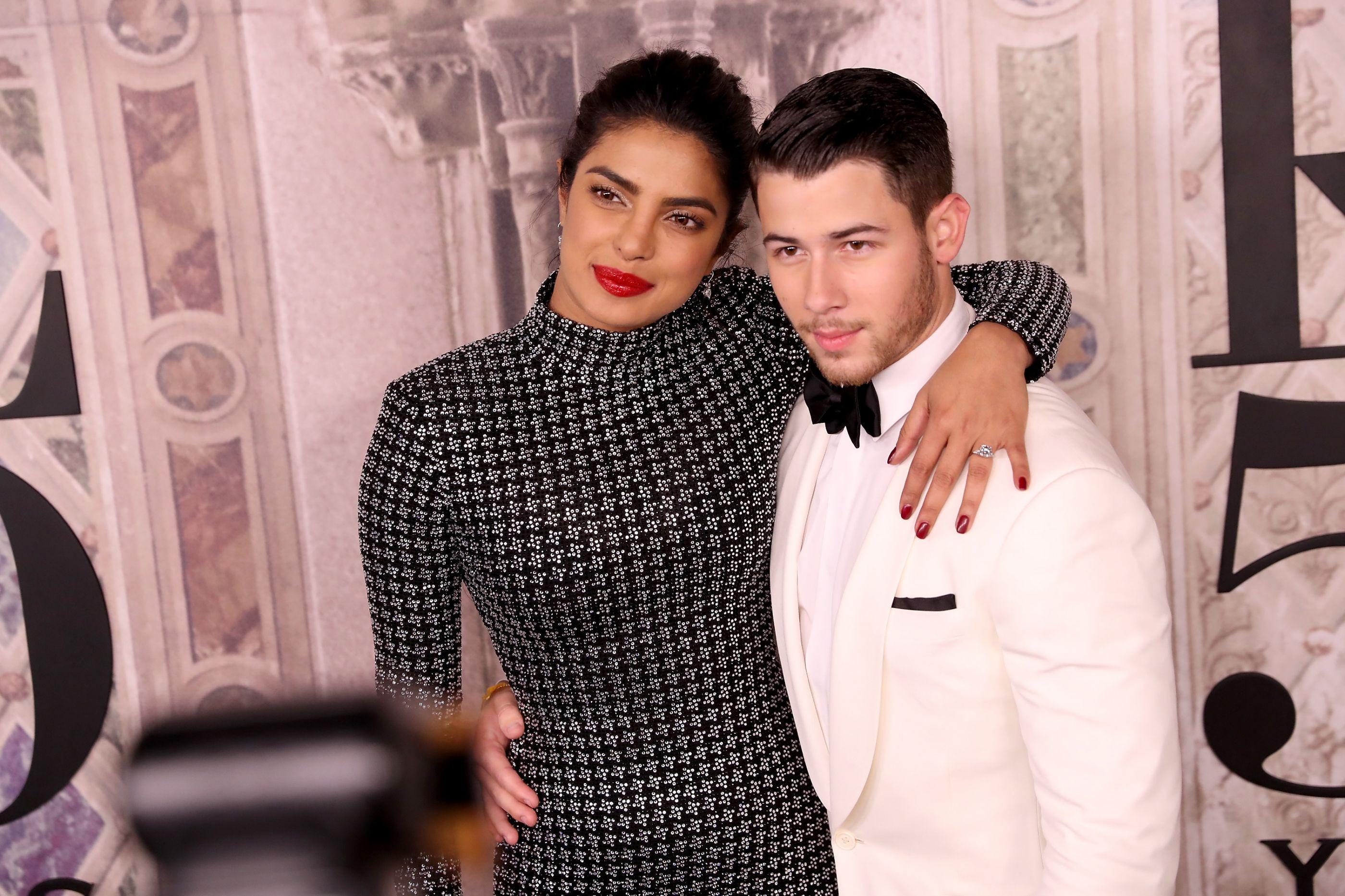 Vídeo: Priyanka Chopra cai nas escadas e é 'salva' por Nick Jonas