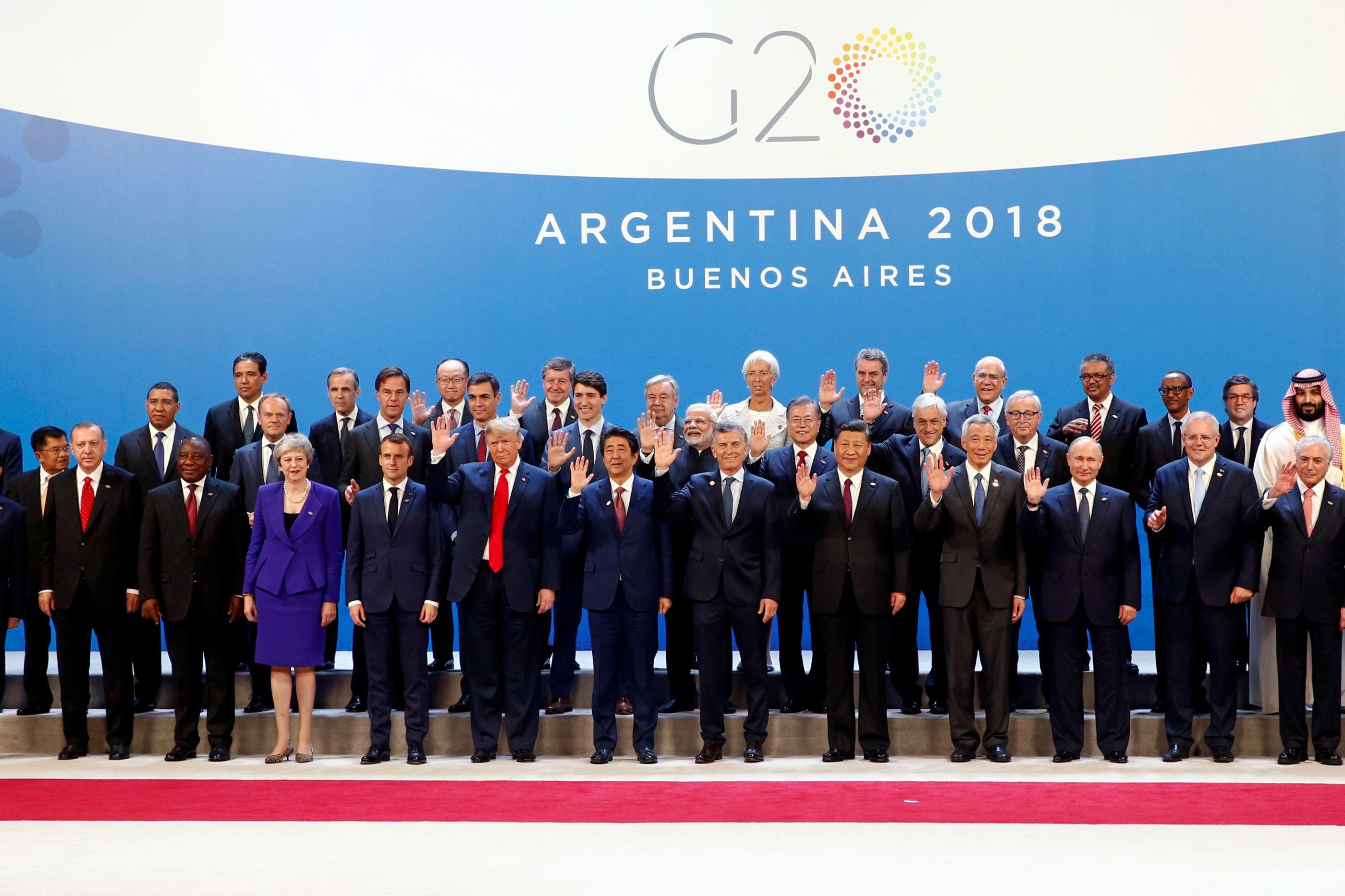 Príncipe herdeiro saudita ignorado e num canto na foto de família do G20