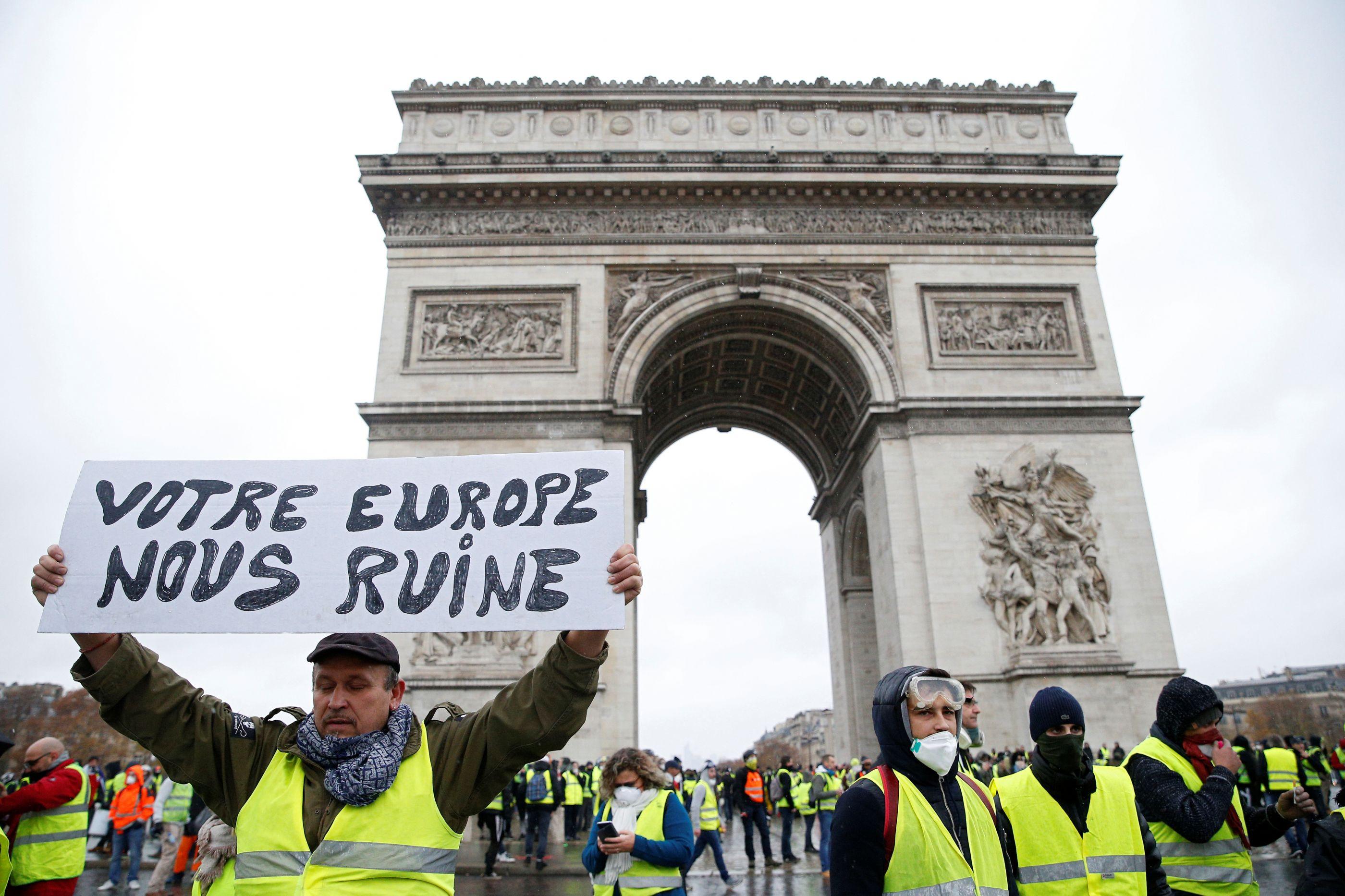 Mobilização de 'coletes amarelos' baixa em França. Tensão nas fronteiras
