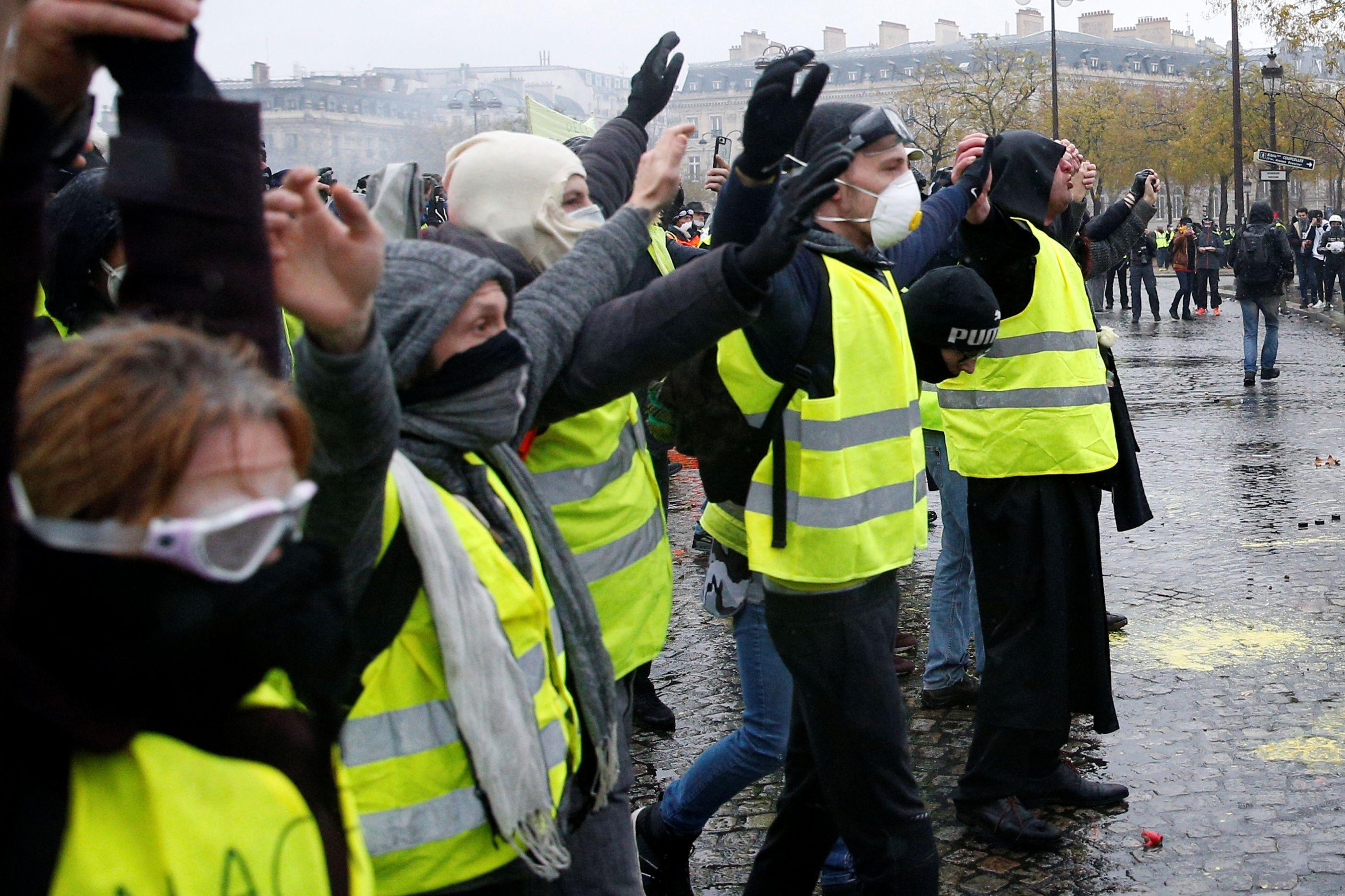 Entradas norte em Braga bloqueadas. Manifestantes pontapearam carros
