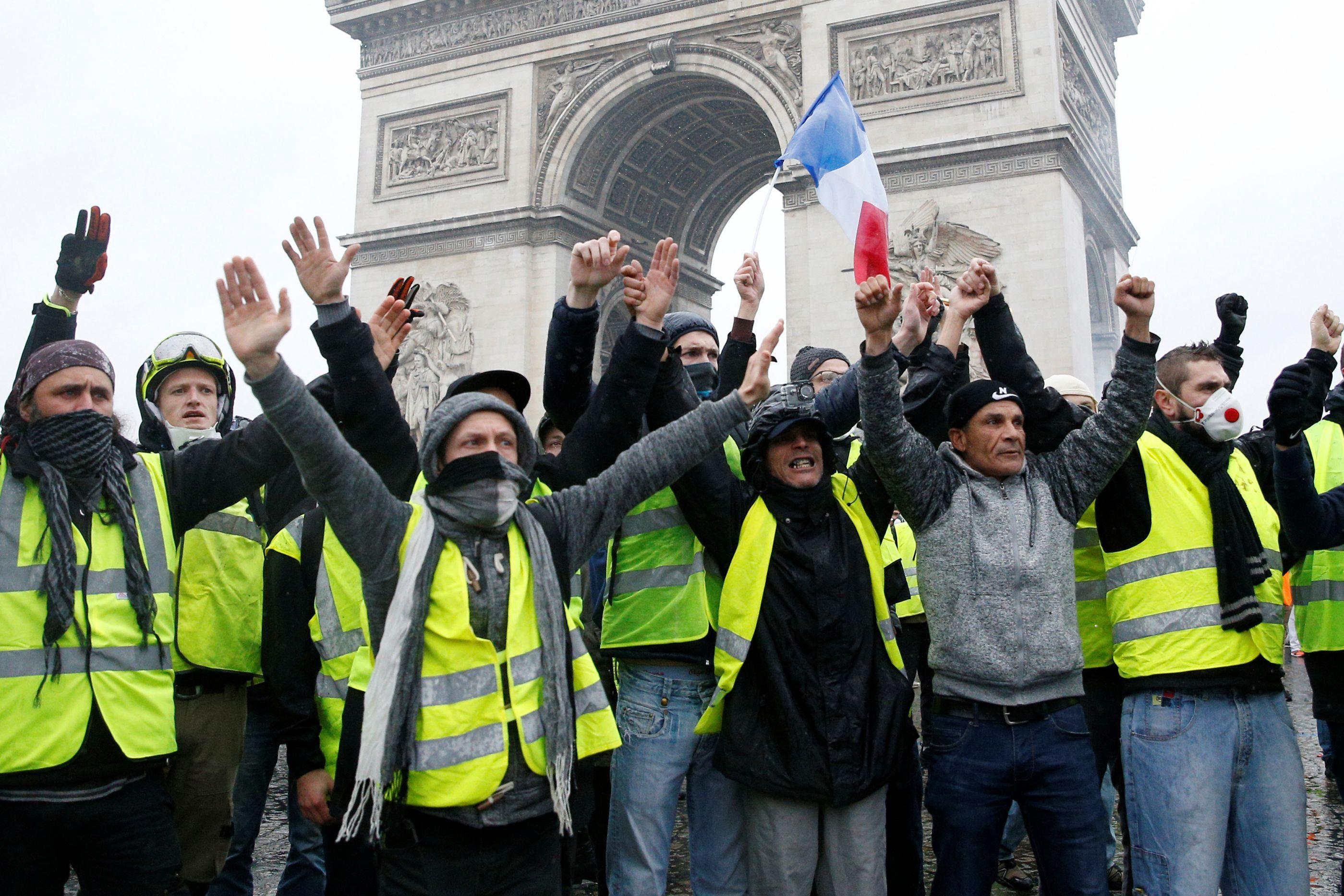 Governo francês suspende subida dos combustíveis por seis meses