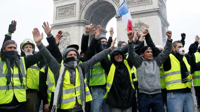 Aumento de imposto em França anulado após protesto de coletes amarelos