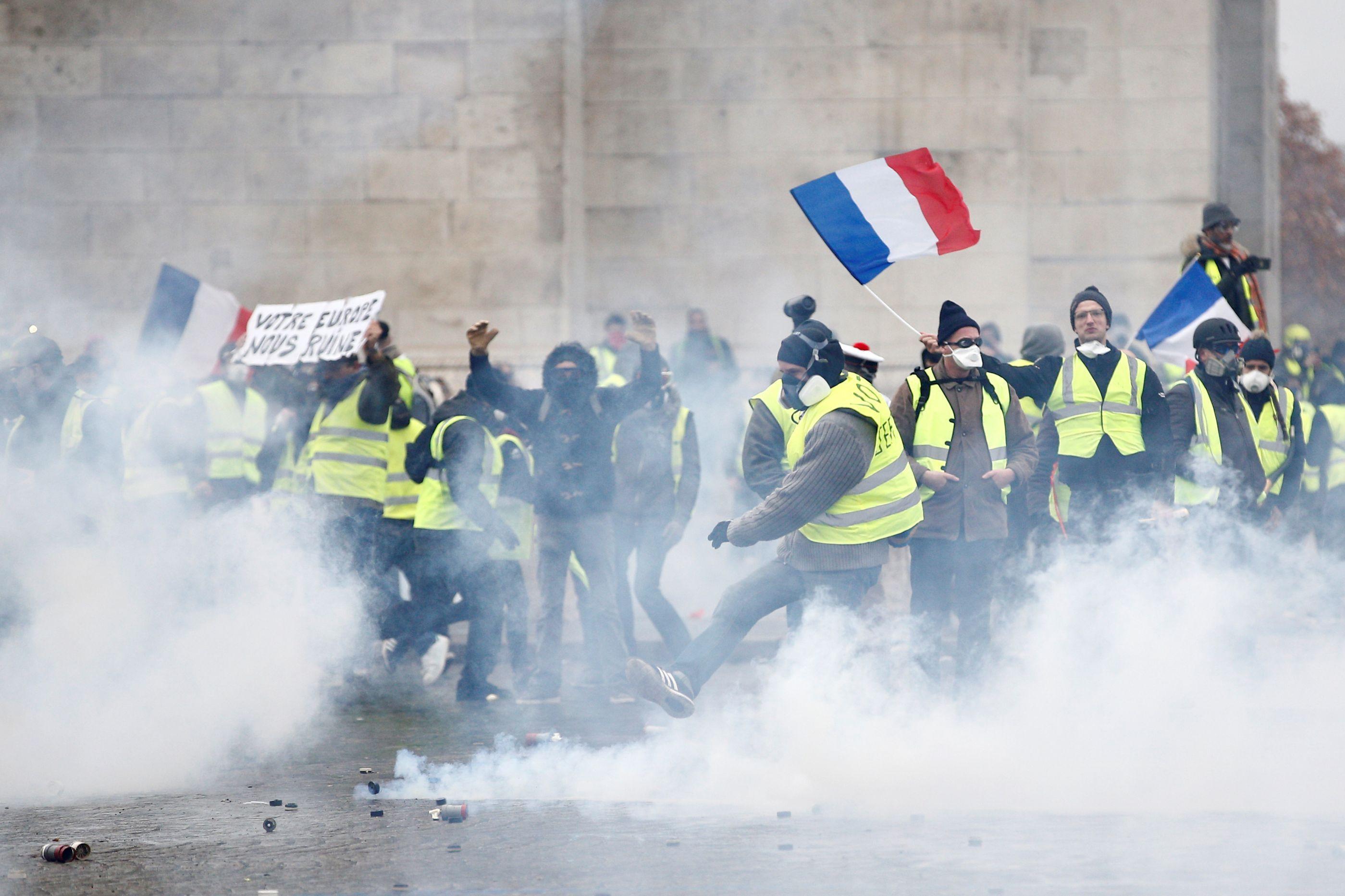 As imagens mais fortes dos protestos dos 'coletes amarelos' em Paris