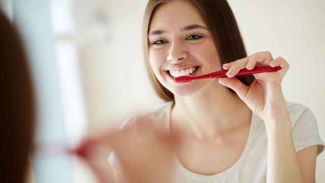 Sim, há químicos nas pastas de dentes e champôs que afetam a saúde