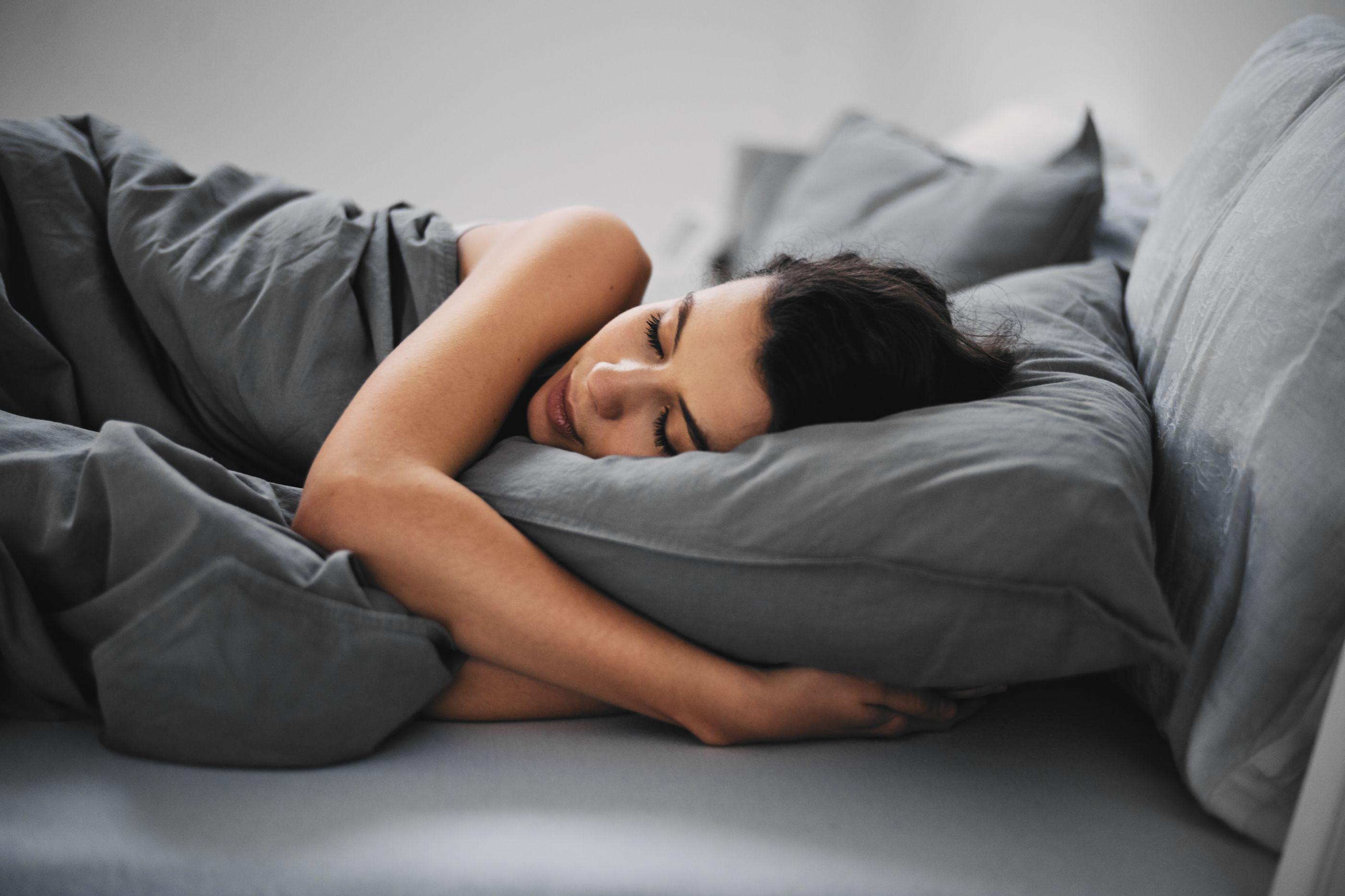Dormir pouco ou em excesso aumenta risco desta doença… e de morte