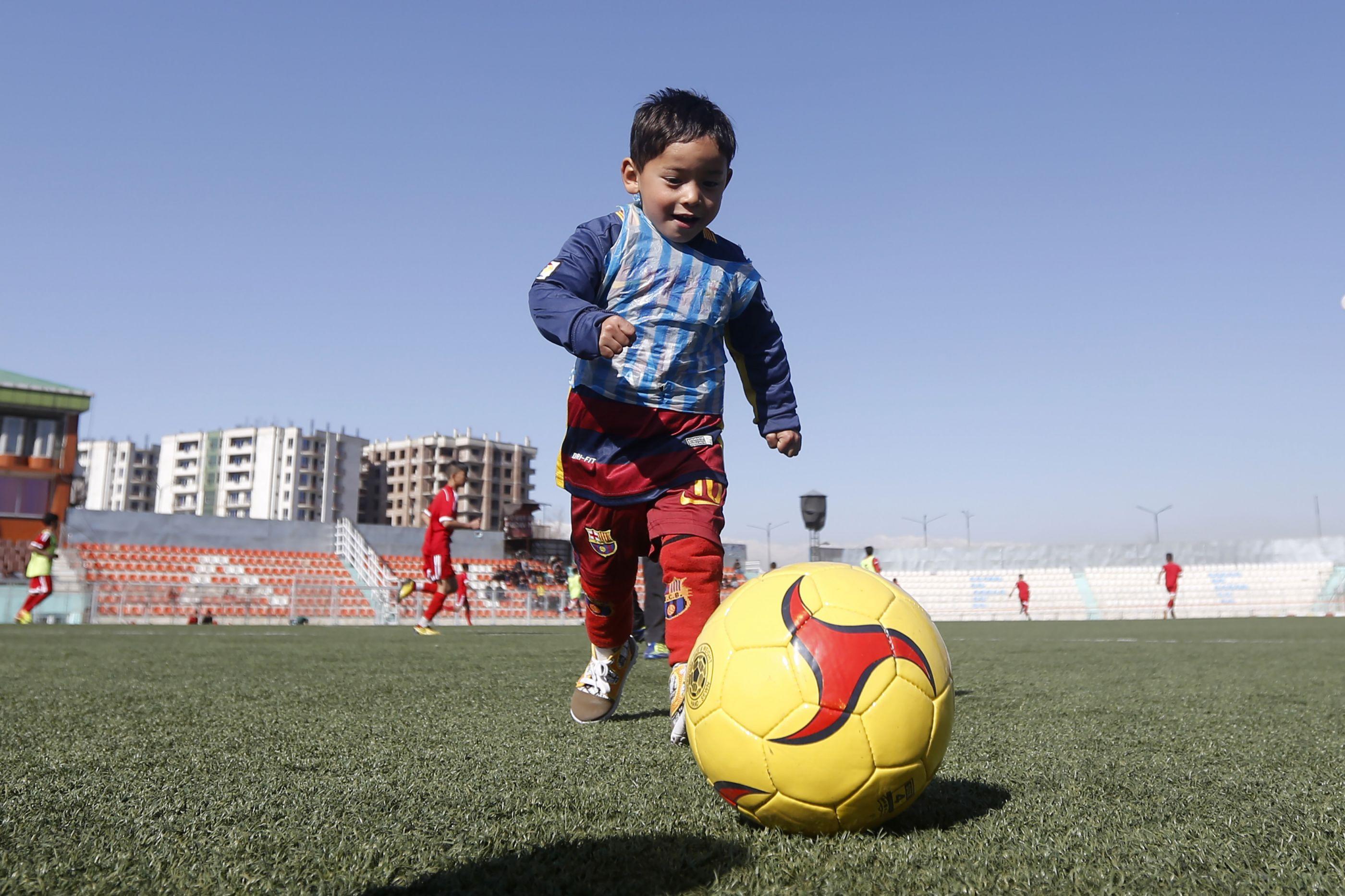 A guerra expulsou de casa o menino afegão famoso pela camisola de Messi