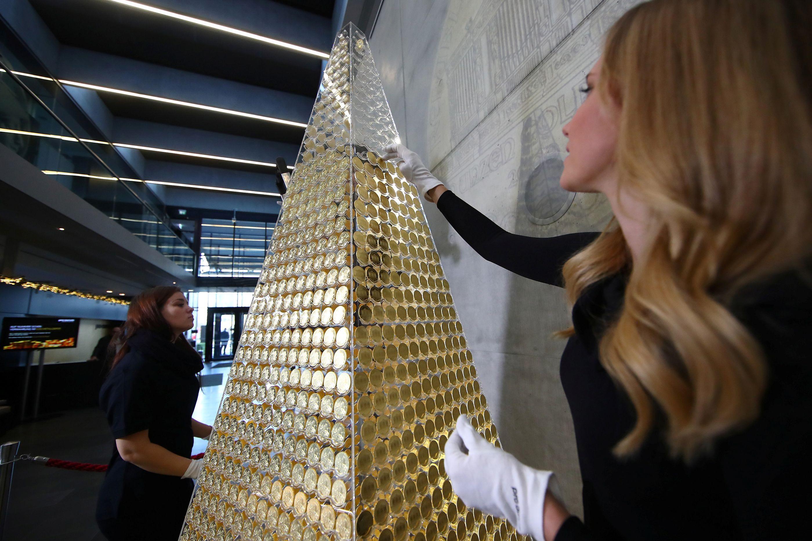 Árvore de Natal mais cara da Europa é feita de moedas de ouro