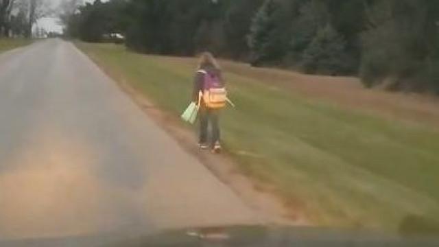 Pai obriga filha a ir a pé para a escola por ter praticado bullying