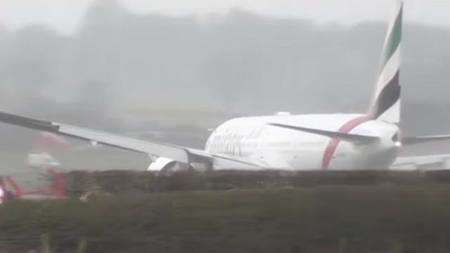 A difícil aterragem de um avião da Emirates devido aos fortes ventos
