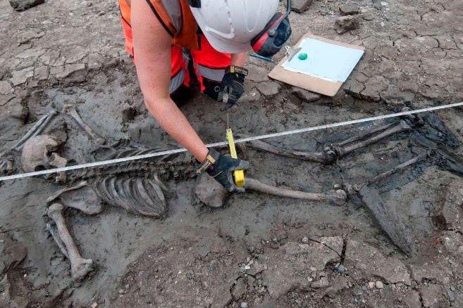 Esqueleto com 500 anos encontrado em Londres com... botas intactas