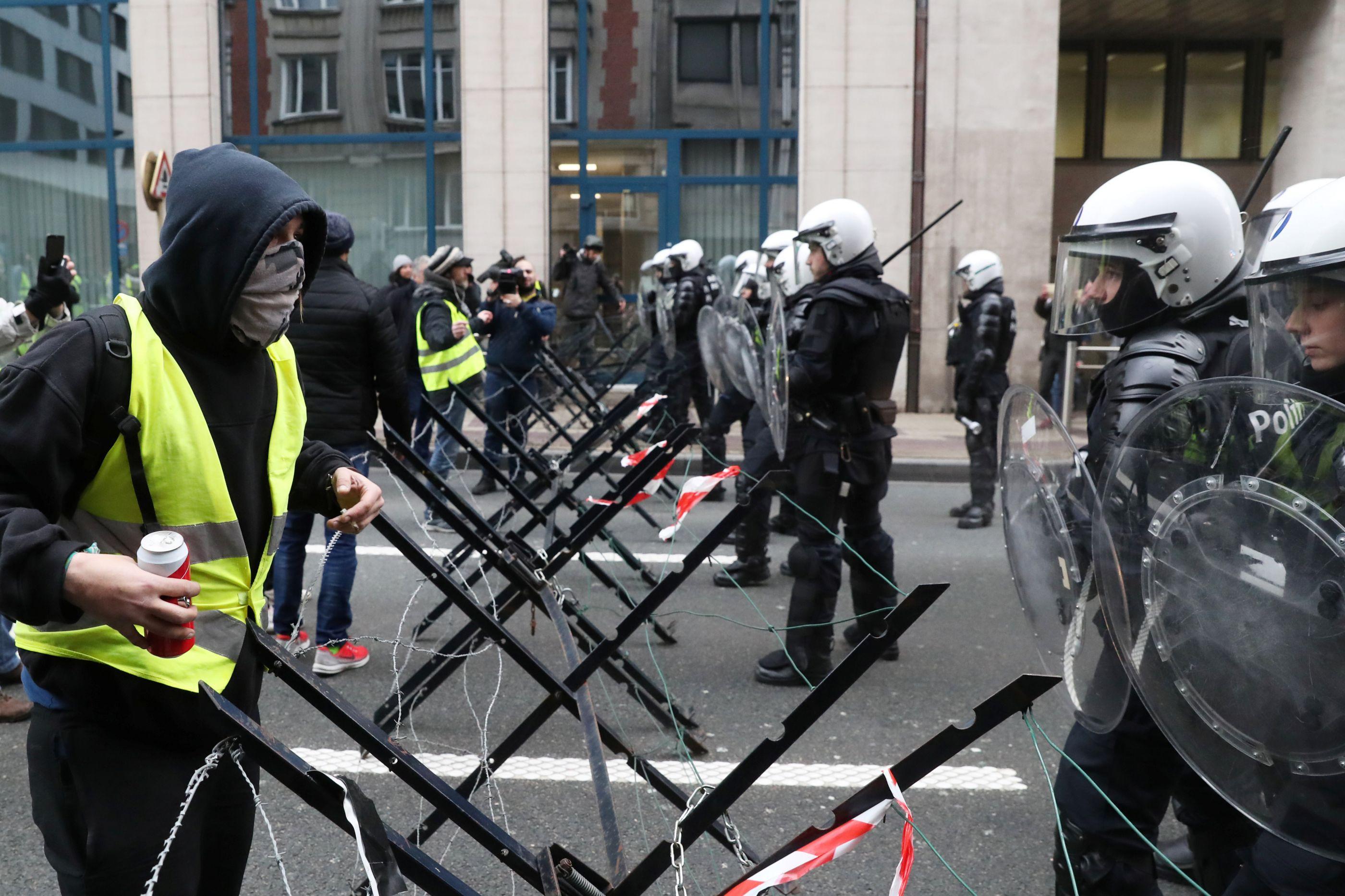 Após detenções, polícia dispersa coletes amarelos com canhões de água