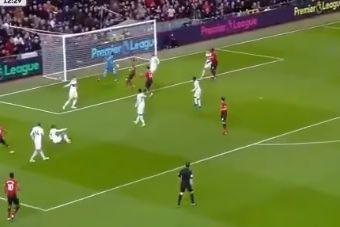 Young inaugurou o marcador em Old Trafford com esta 'bomba'