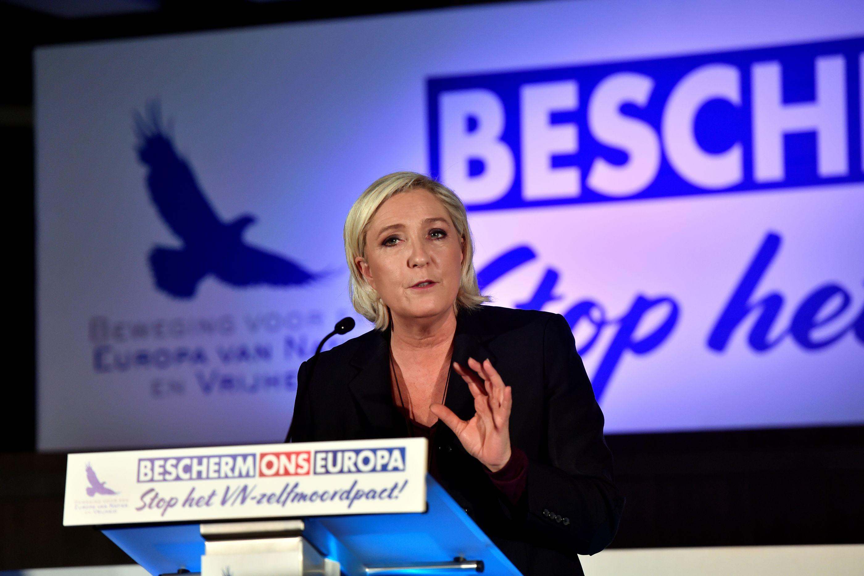 """Le Pen pede """"respostas fortes"""" a """"sofrimento"""" dos 'coletes amarelos'"""