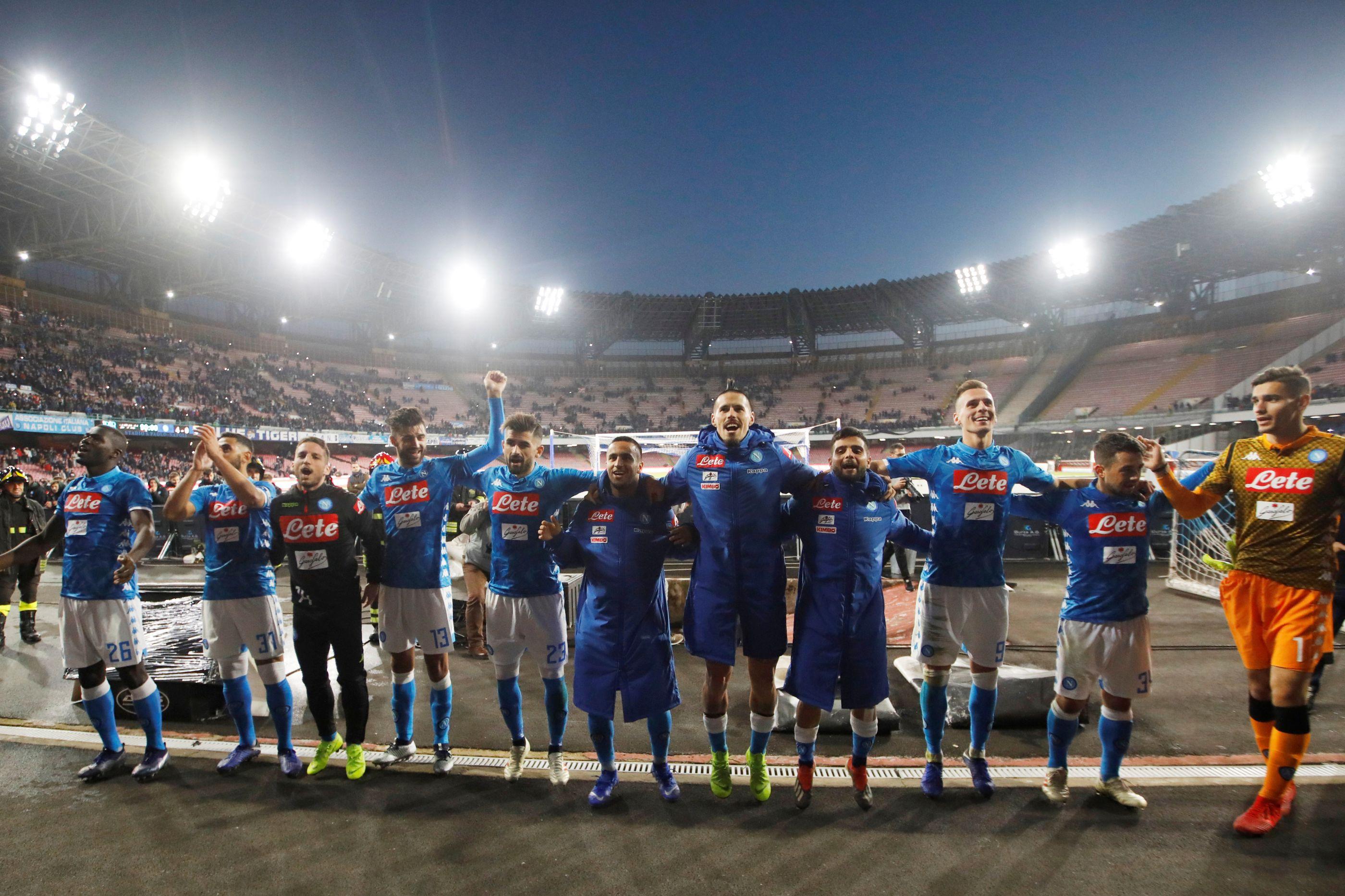 Nápoles goleia Frosinone e continua a oito pontos da líder Juventus