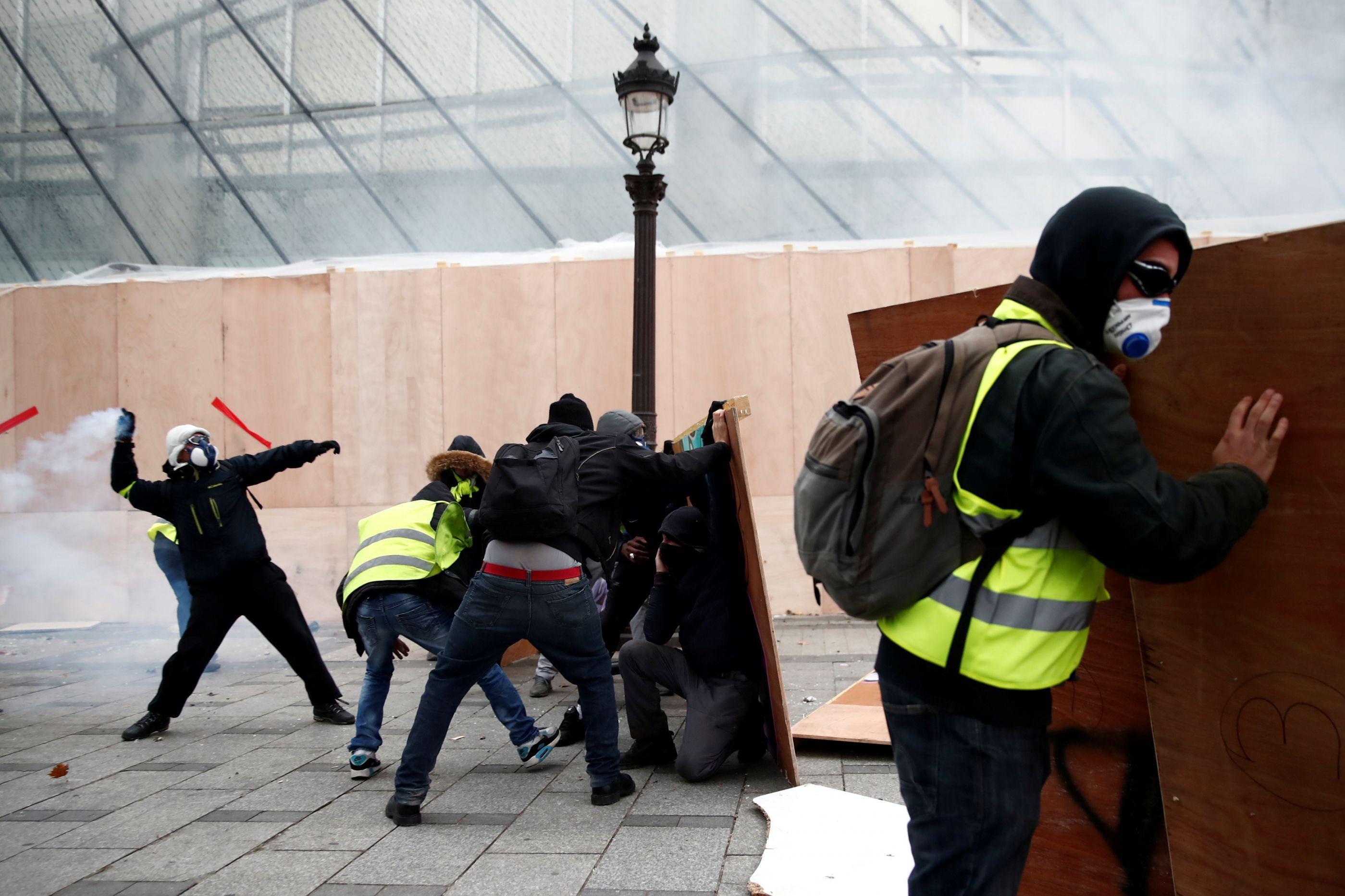 """A """"hora da delinquência"""" em Paris. 'Coletes' saem, entram os encapuzados"""