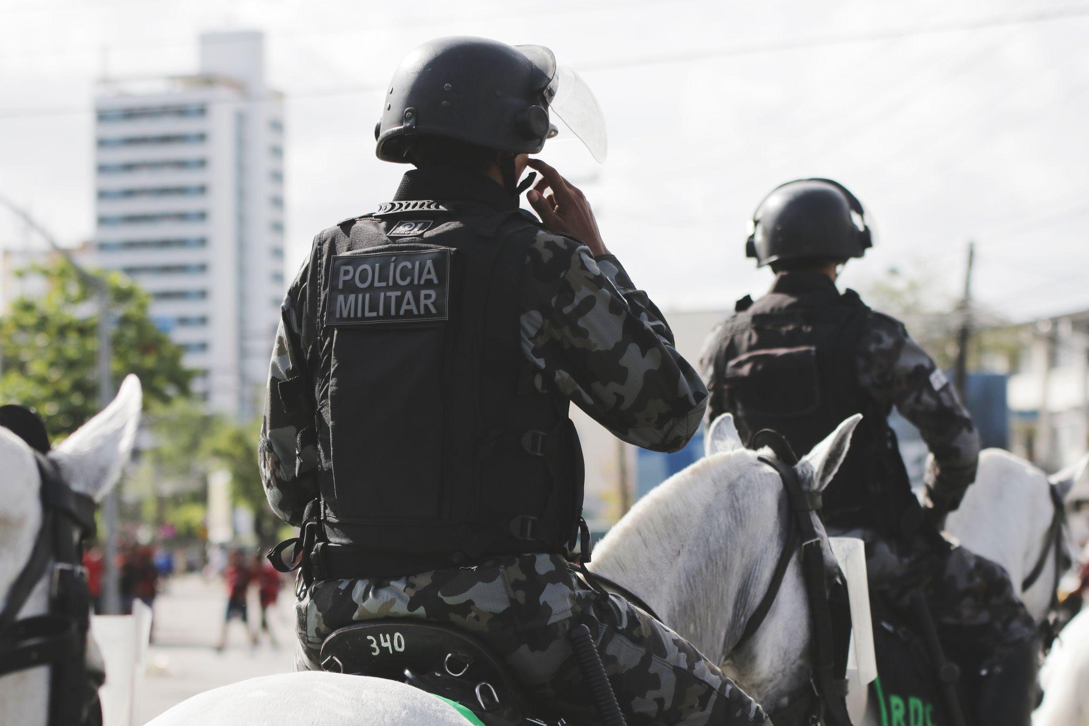 Tentativa de assalto a bancos termina com pelo menos 10 mortos no Brasil