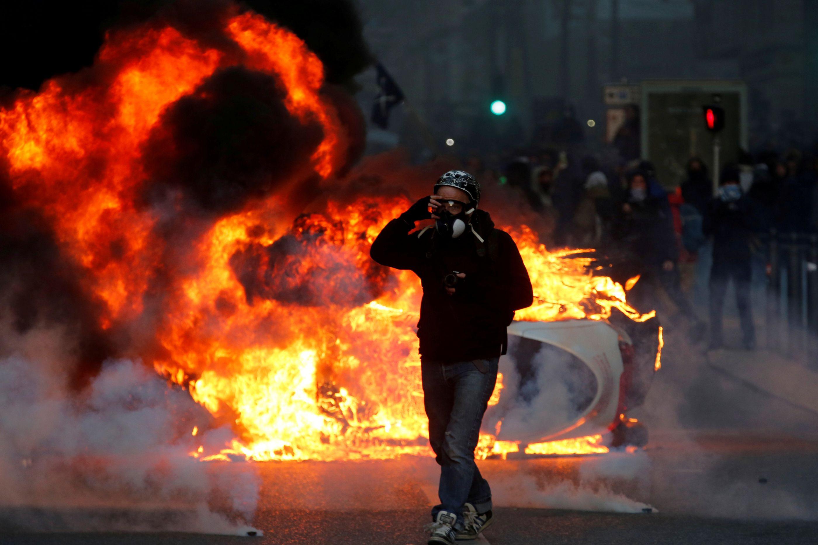 Mais de 130 feridos e 1.385 detidos nos protestos dos coletes amarelos