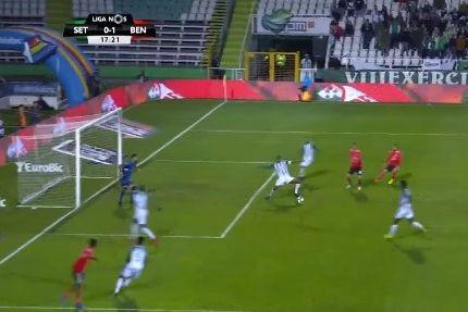Jonas à 'matador' dá vantagem ao Benfica após passe de Gedson