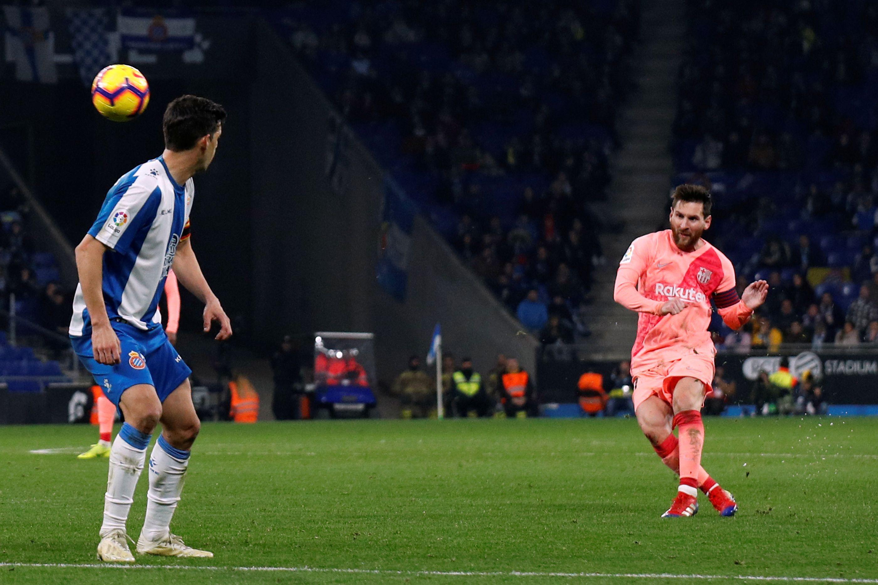 Barcelona vence dérbi com o Espanyol e reforça liderança em Espanha
