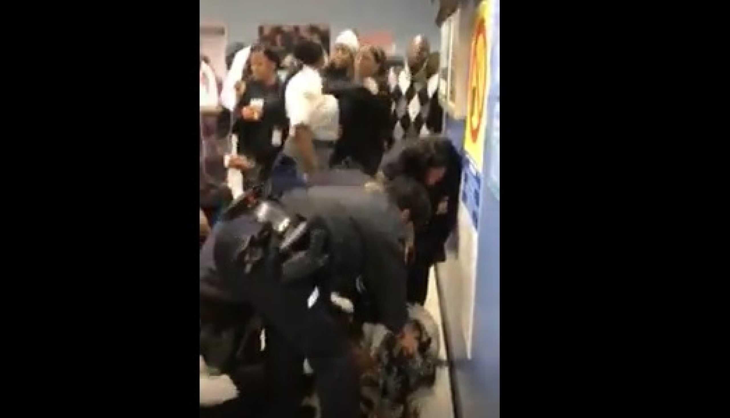 Polícia tenta retirar bebé de braços da mãe em Gabinete de Apoio