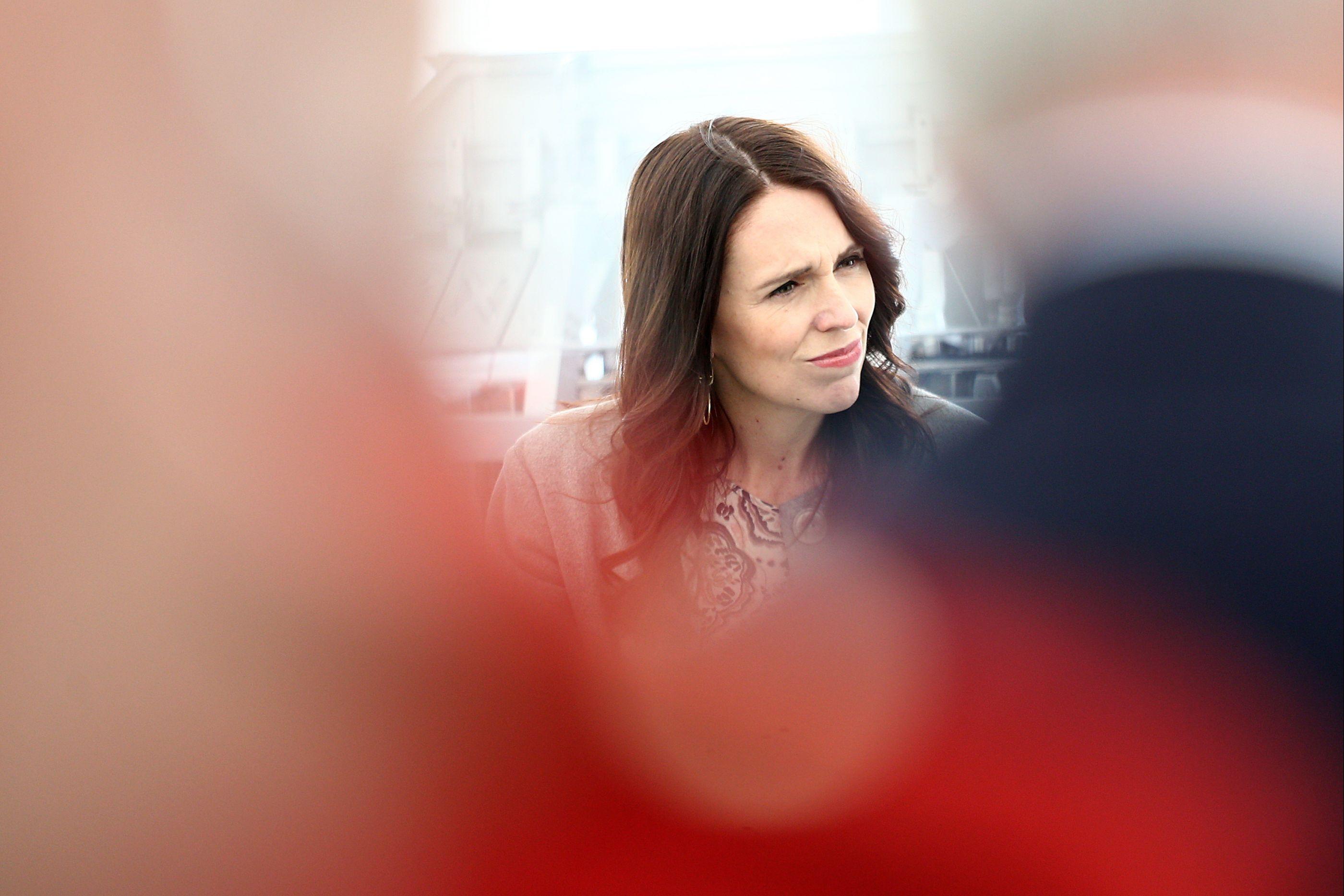 Primeira-ministra emociona-se ao pedir desculpa a pais de jovem morta