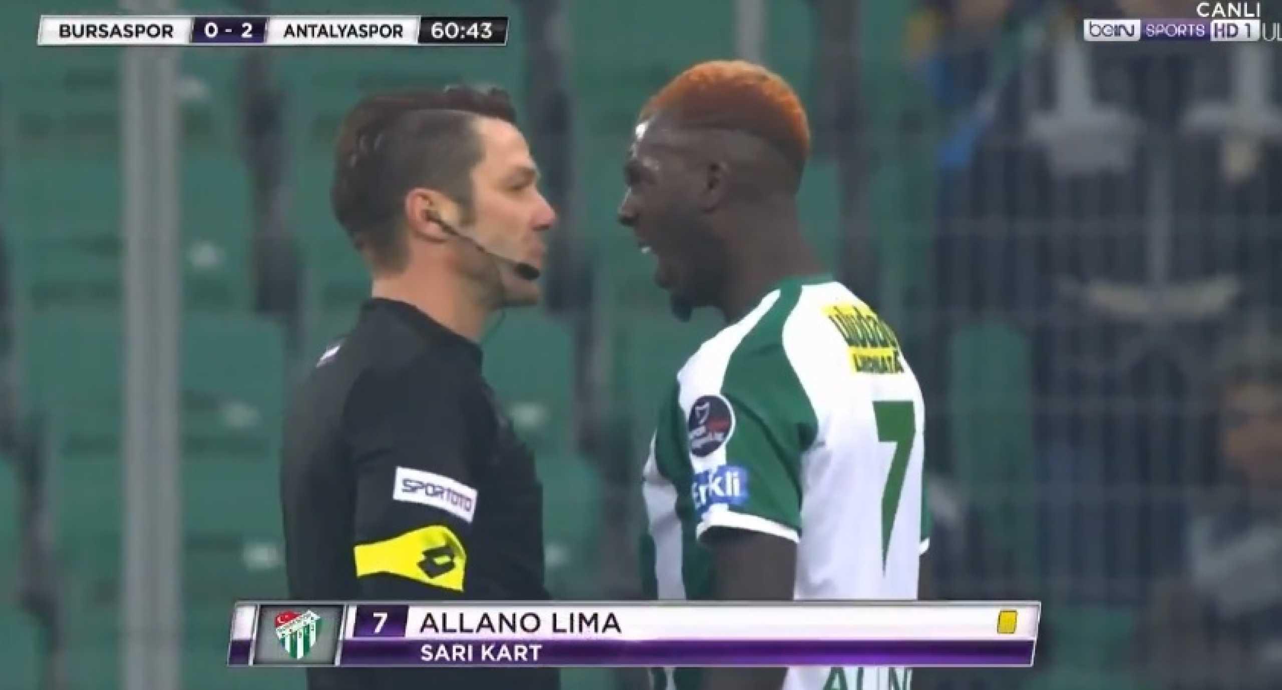 Árbitro turco mostra como se mete um jogador no sítio. Bastou um olhar
