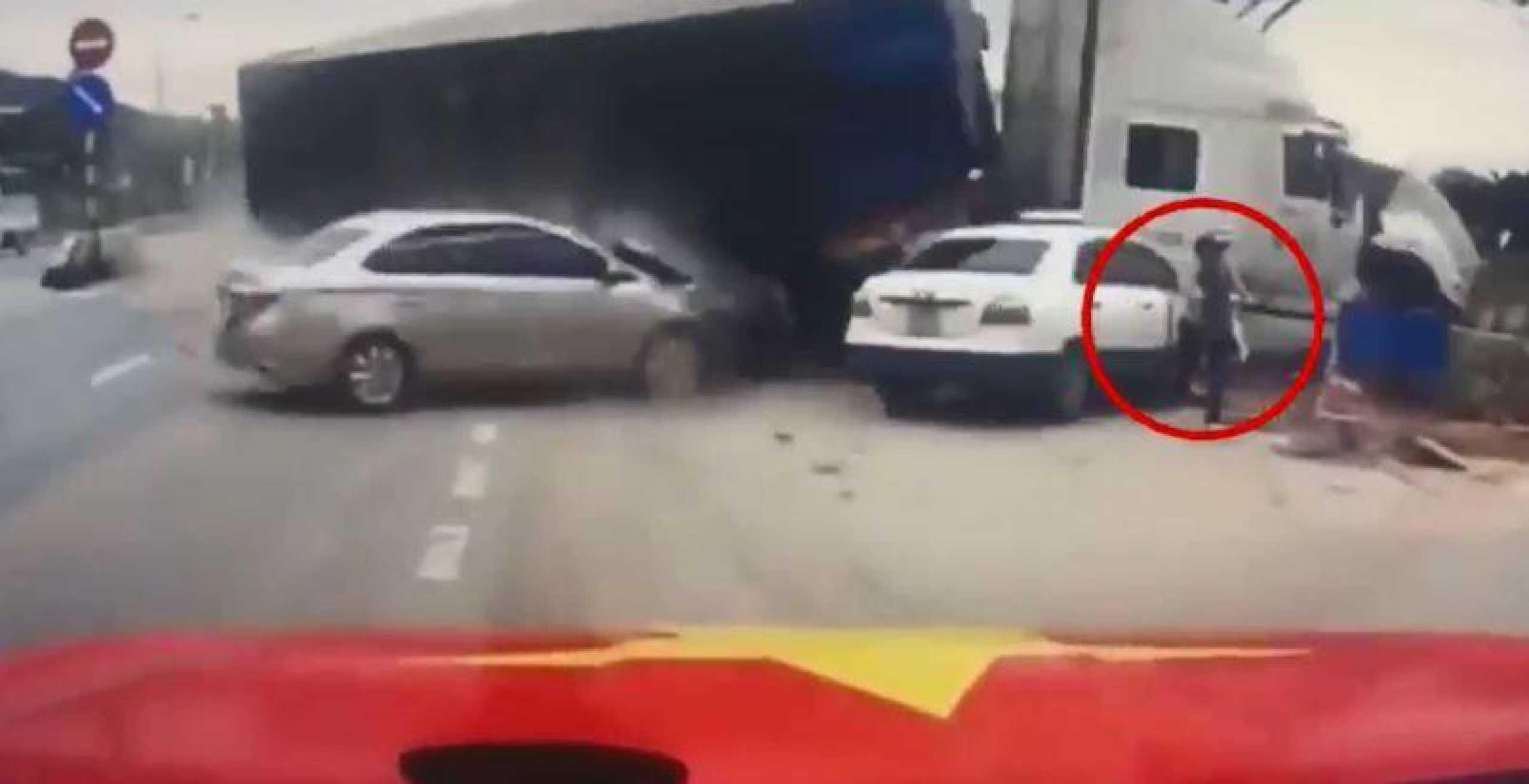 Mulher com bebé ao colo escapa por pouco de ser atingida por camião