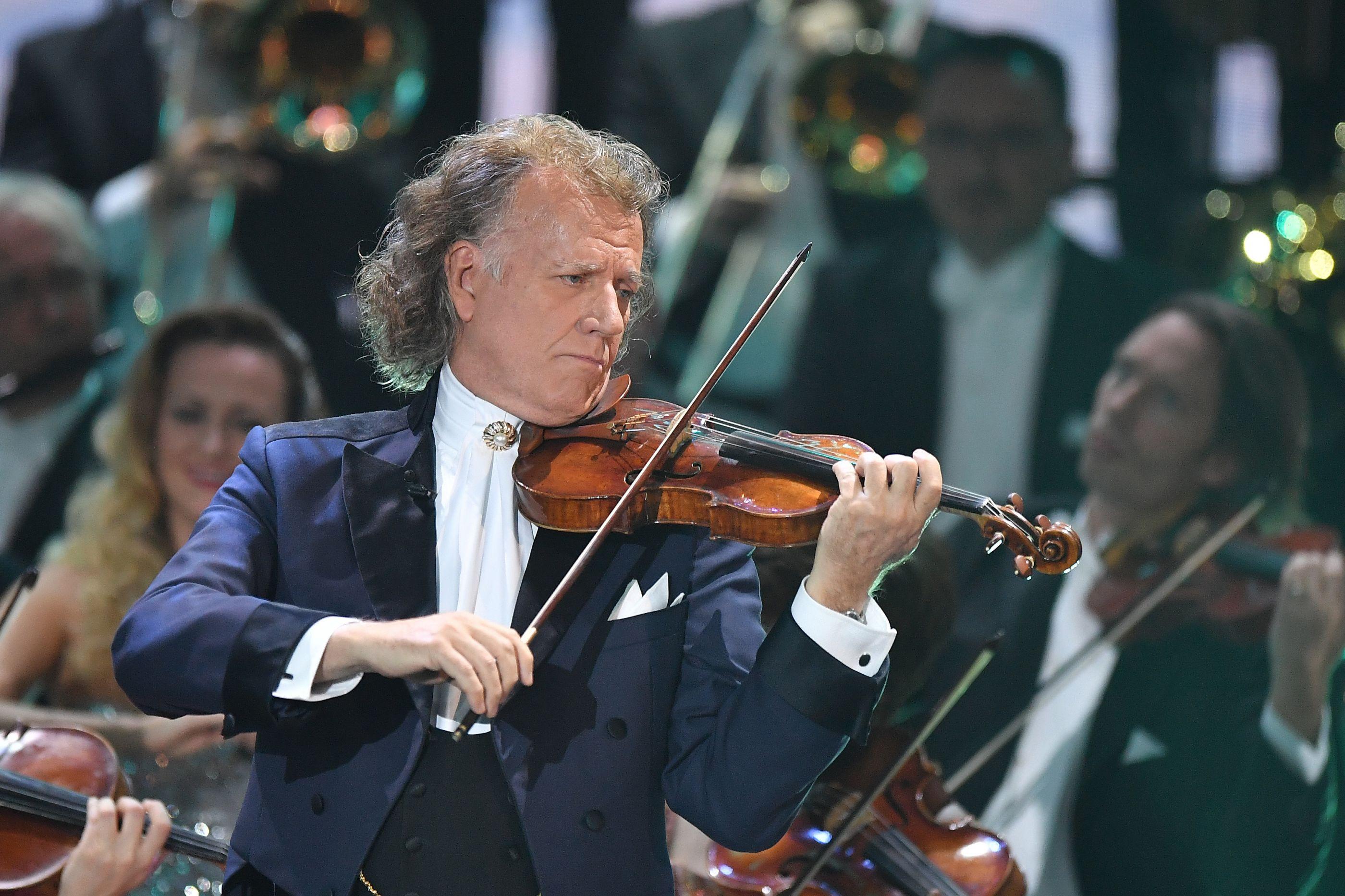 André Rieu e a sua orquestra cantam 'Loja do mestre André'
