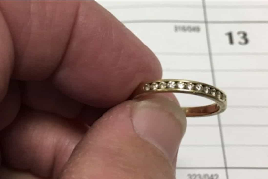 Mulher recupera anel de noivado nove anos após tê-lo perdido