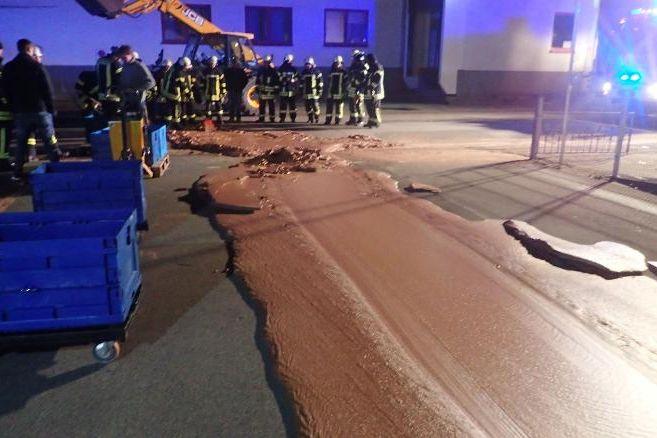 Acidente em fábrica de doces deixa rua de cidade 'recheada' de chocolate