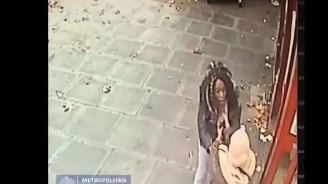 Mulher assaltada no multibanco. Transeuntes passam e ...nada fazem