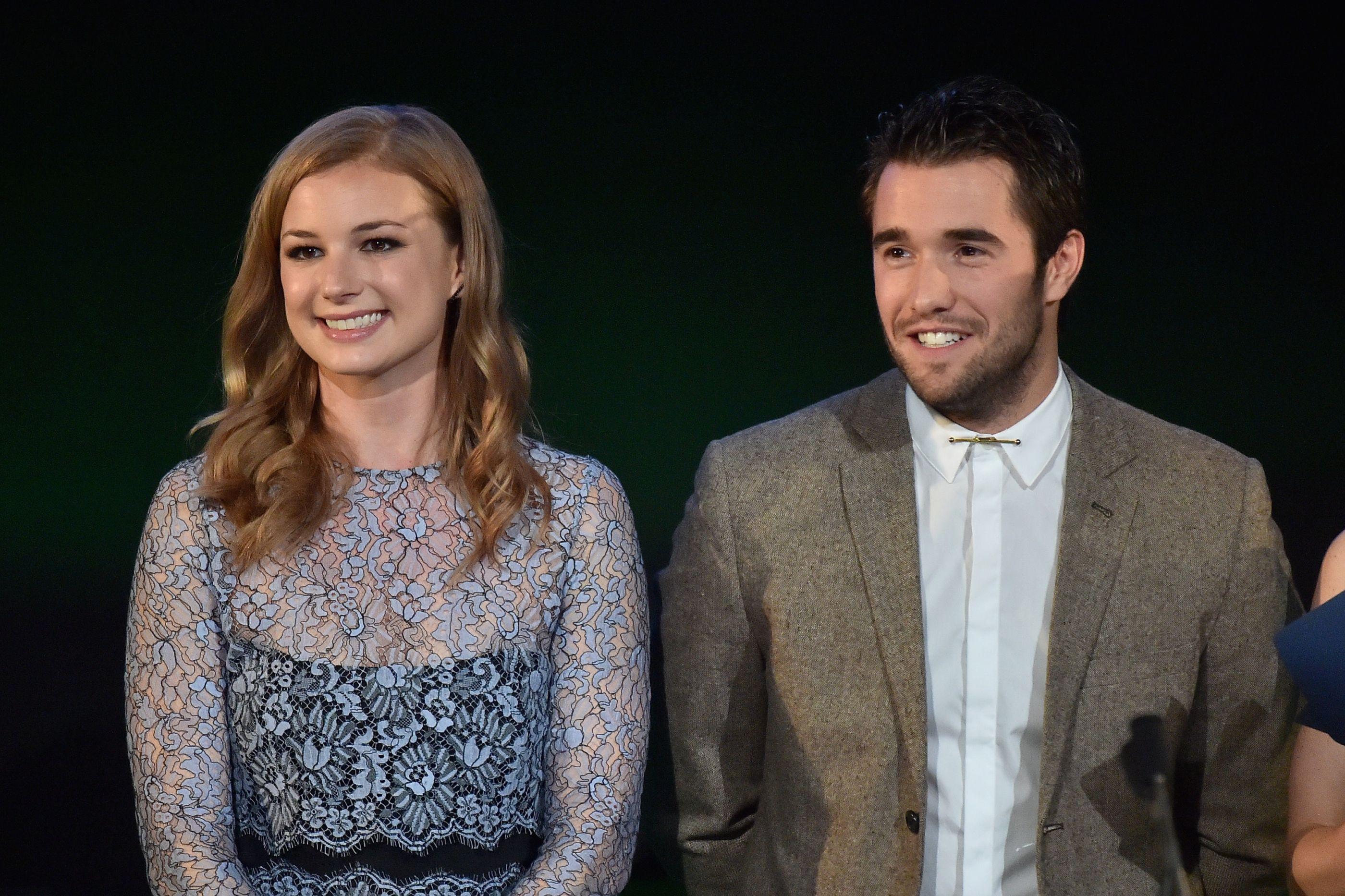 Emily VanCamp e Josh Bowman já são marido e mulher