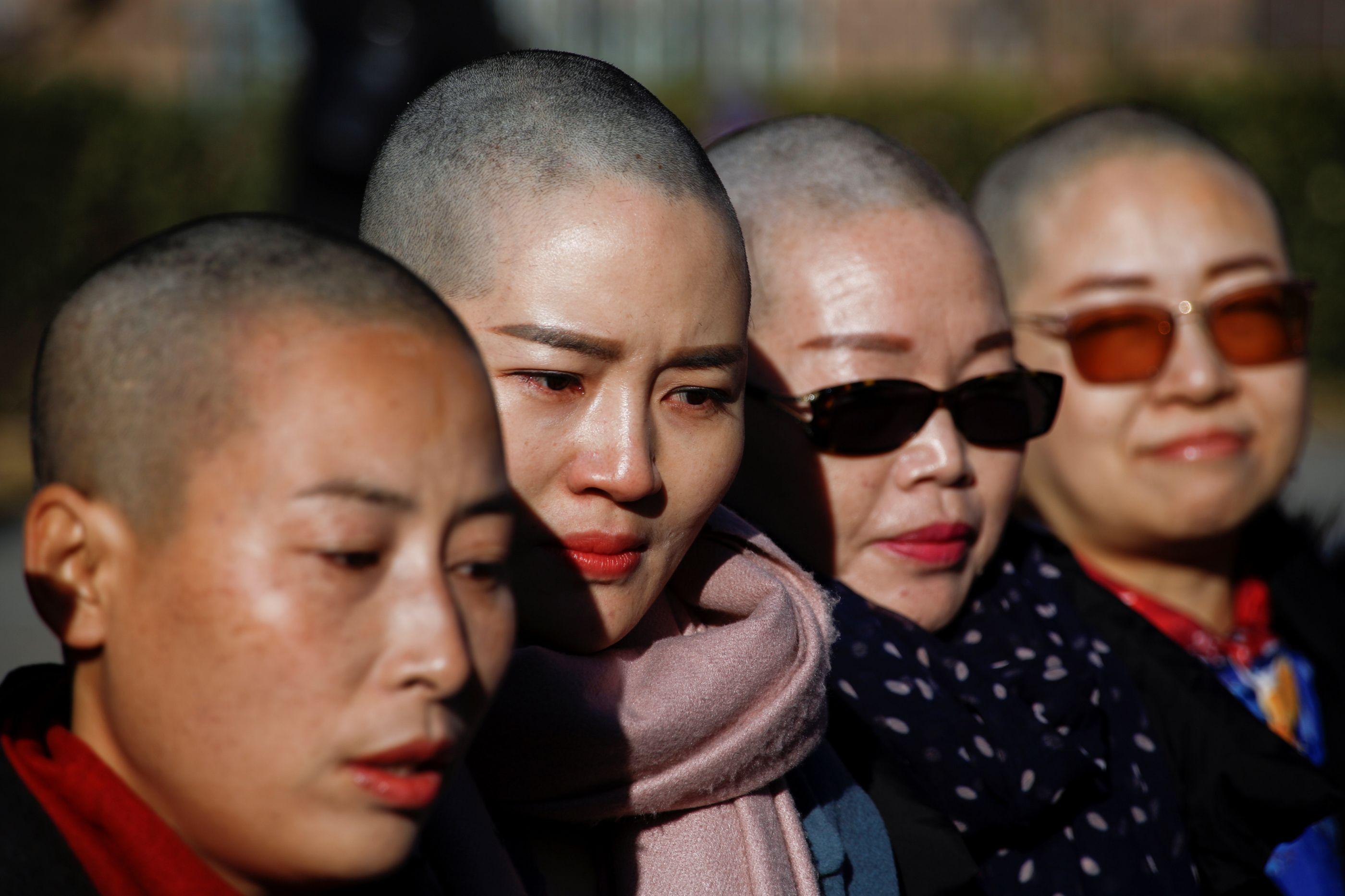 Na China, mulheres protestam sem cabelo para este não ser um país sem lei