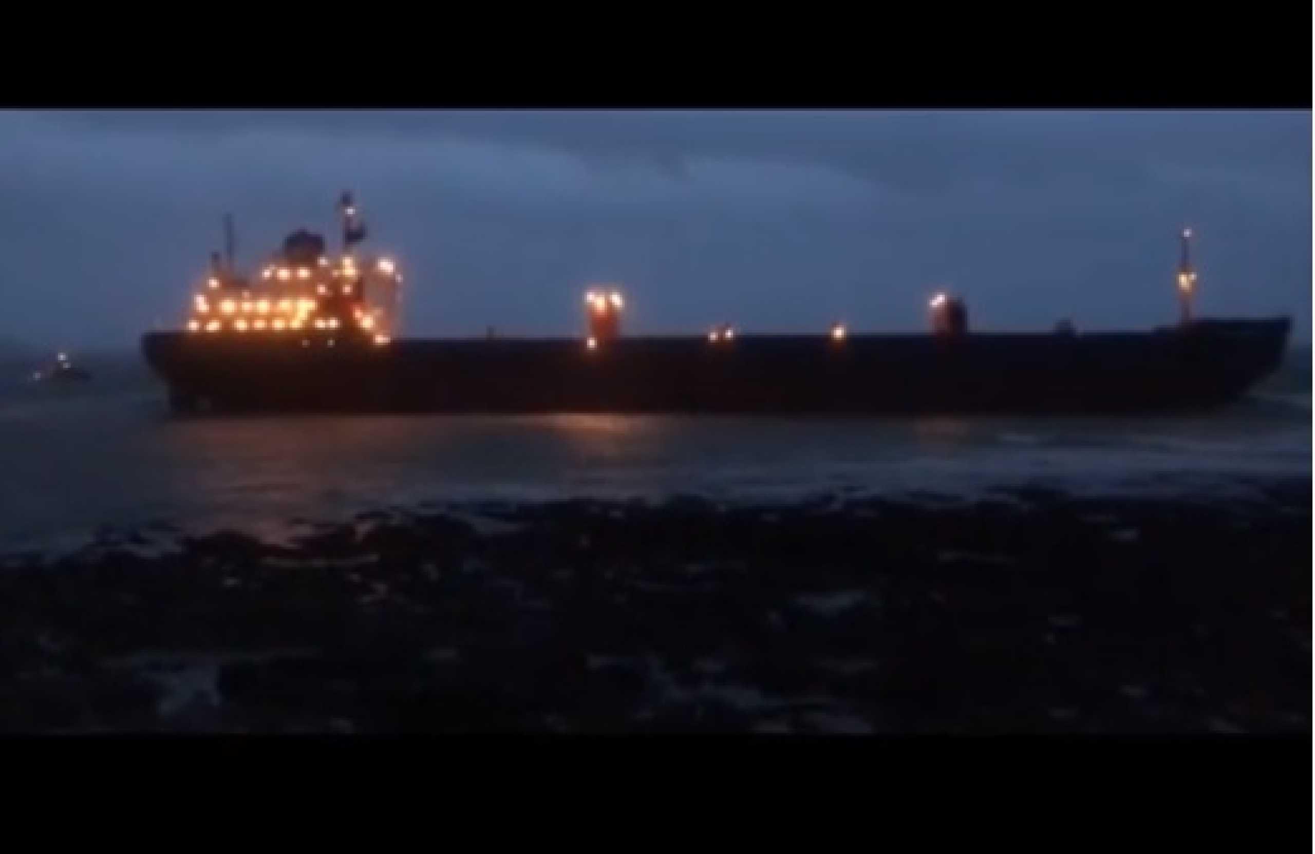 Navio de carga russo encalhado em praia britânica