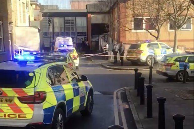 Três pessoas esfaqueadas em clínica de Londres