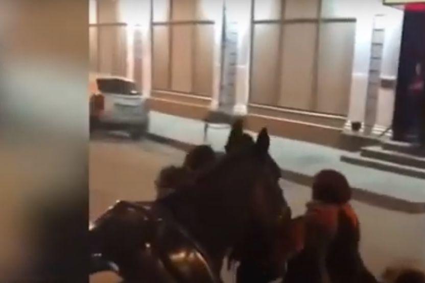 Arshavin 'rouba' um cavalo para cavalgar à saída de um clube de strip