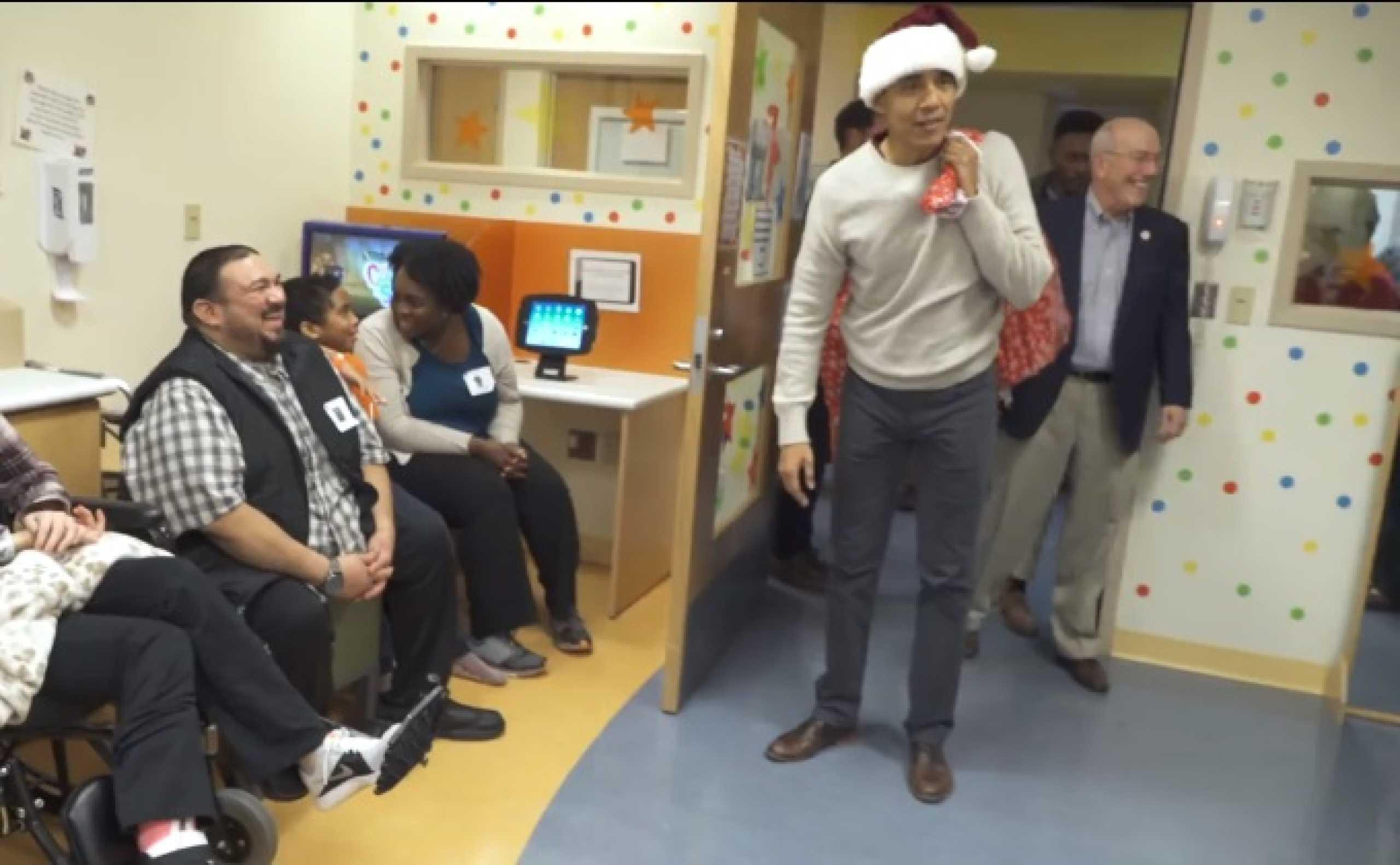 Este Natal, Obama está de volta para fazer sorrir crianças doentes