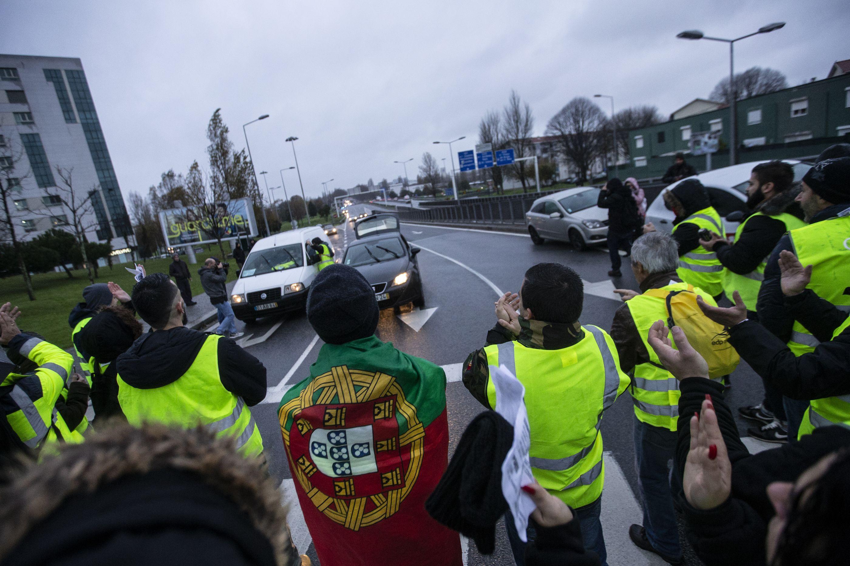 Coletes Amarelos portugueses saem à rua. Eis as primeiras imagens
