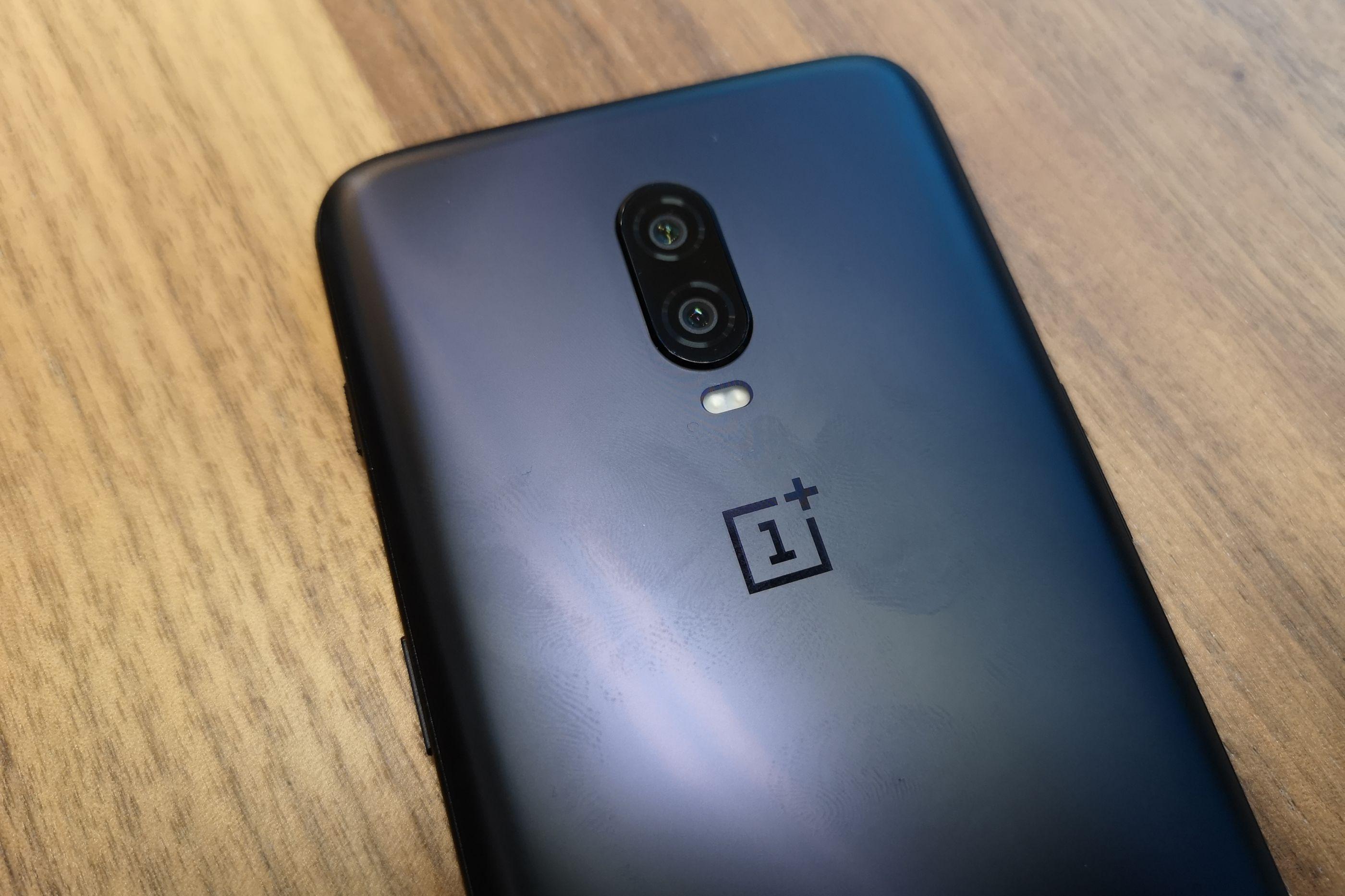 OnePlus revela motivos para remover capacidade de usar phones com fios