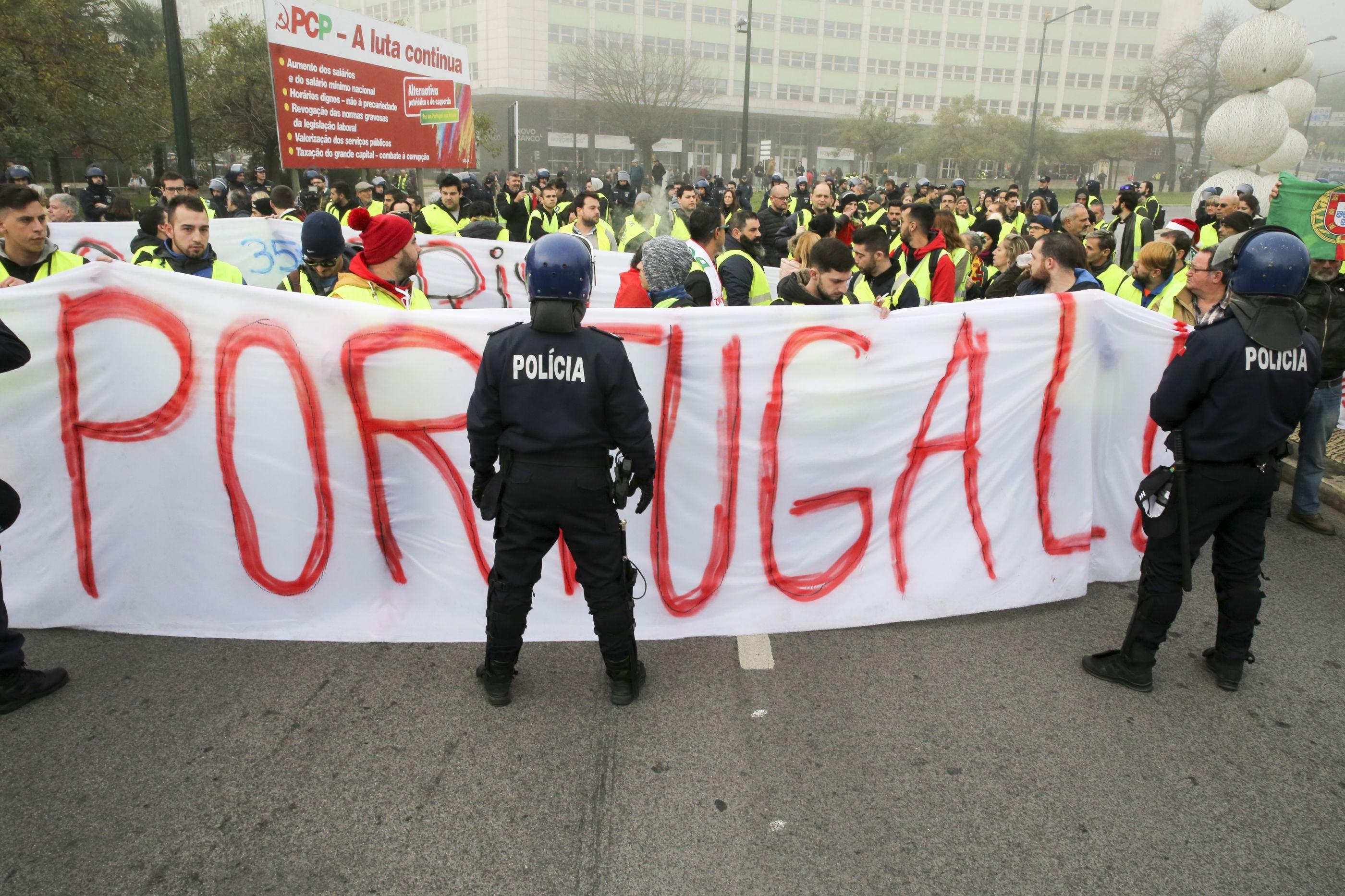 Coletes amarelos: Cerca de 30 manifestantes mantêm-se no Marquês